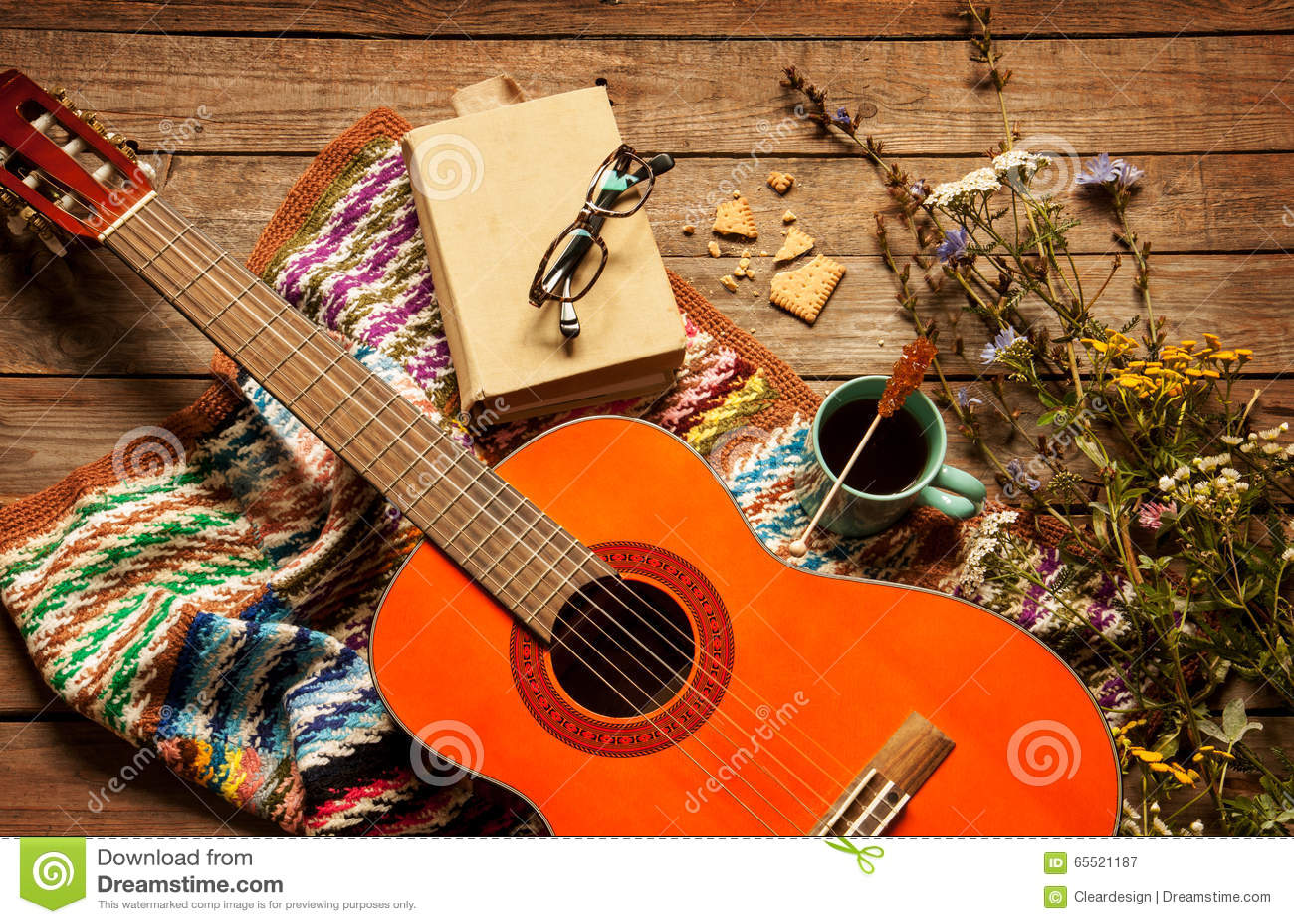 Libro, Manta, Café Y Guitarra Clásica En La Madera Imagen de archivo ...