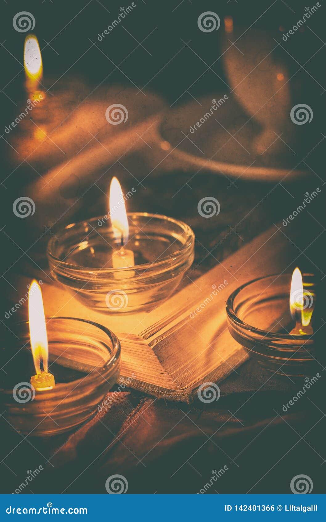 Libro por luz de una vela