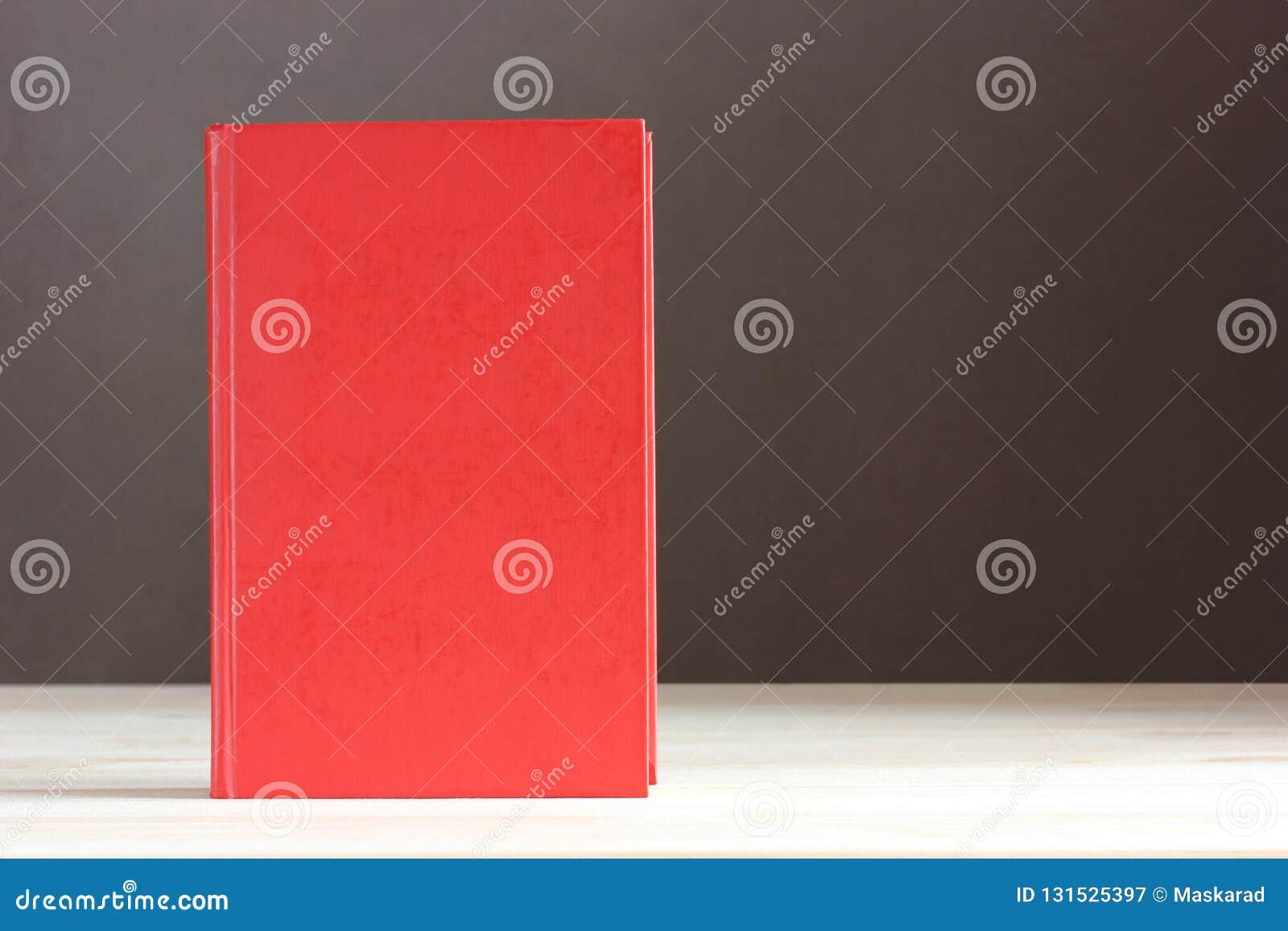 Libro rojo con una cubierta en blanco Espacio vacío para su texto