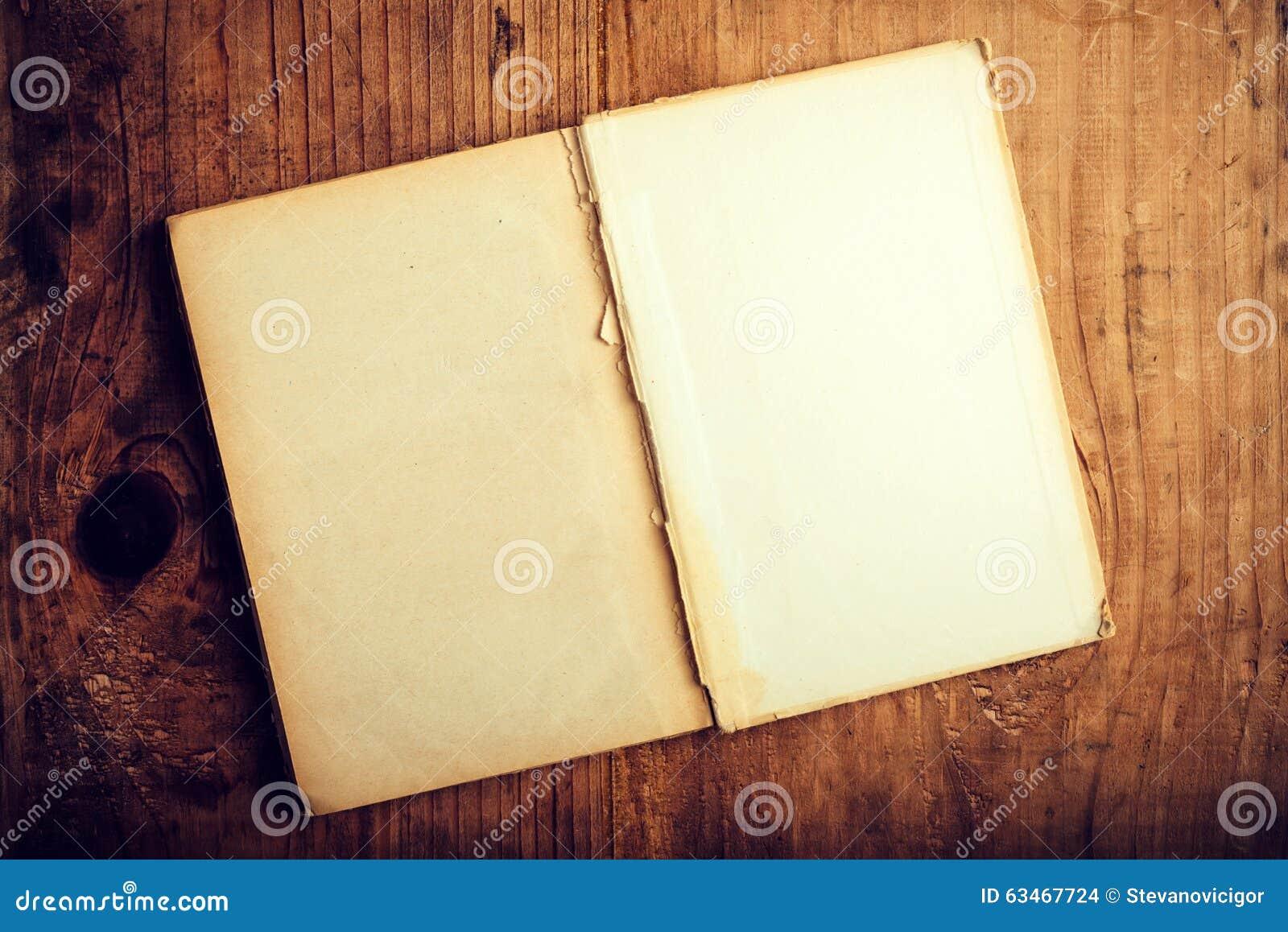 Libro viejo con las paginaciones en blanco
