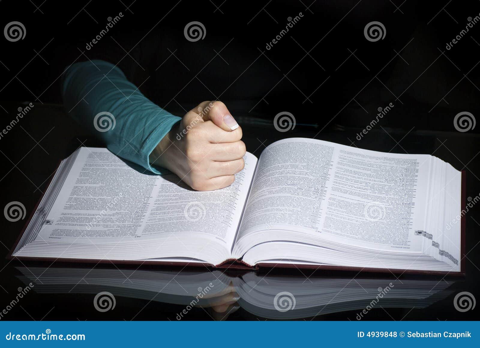 Libro y puño