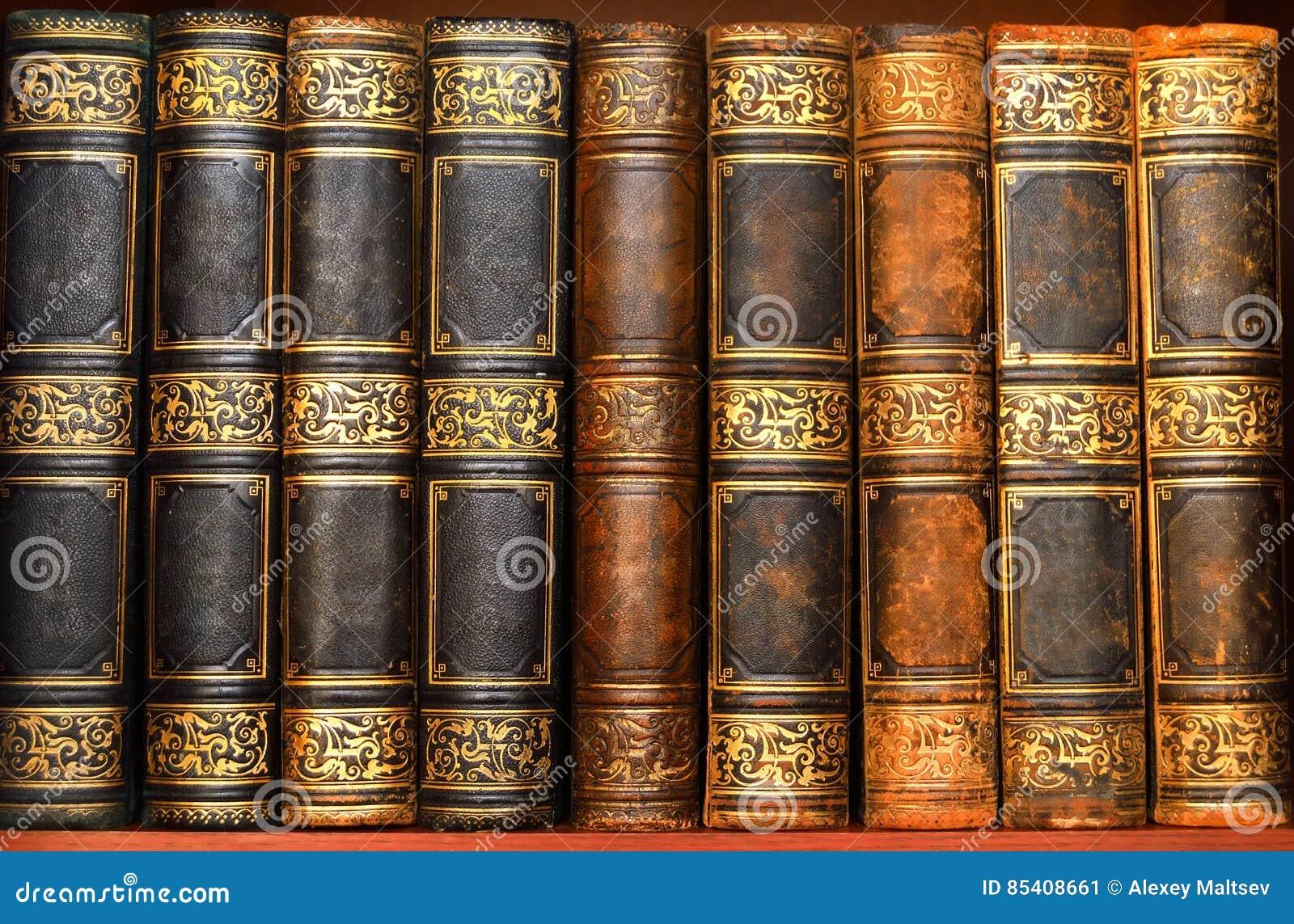 Libros antiguos en biblioteca vieja imagen de archivo - Libros antiguos para decoracion ...