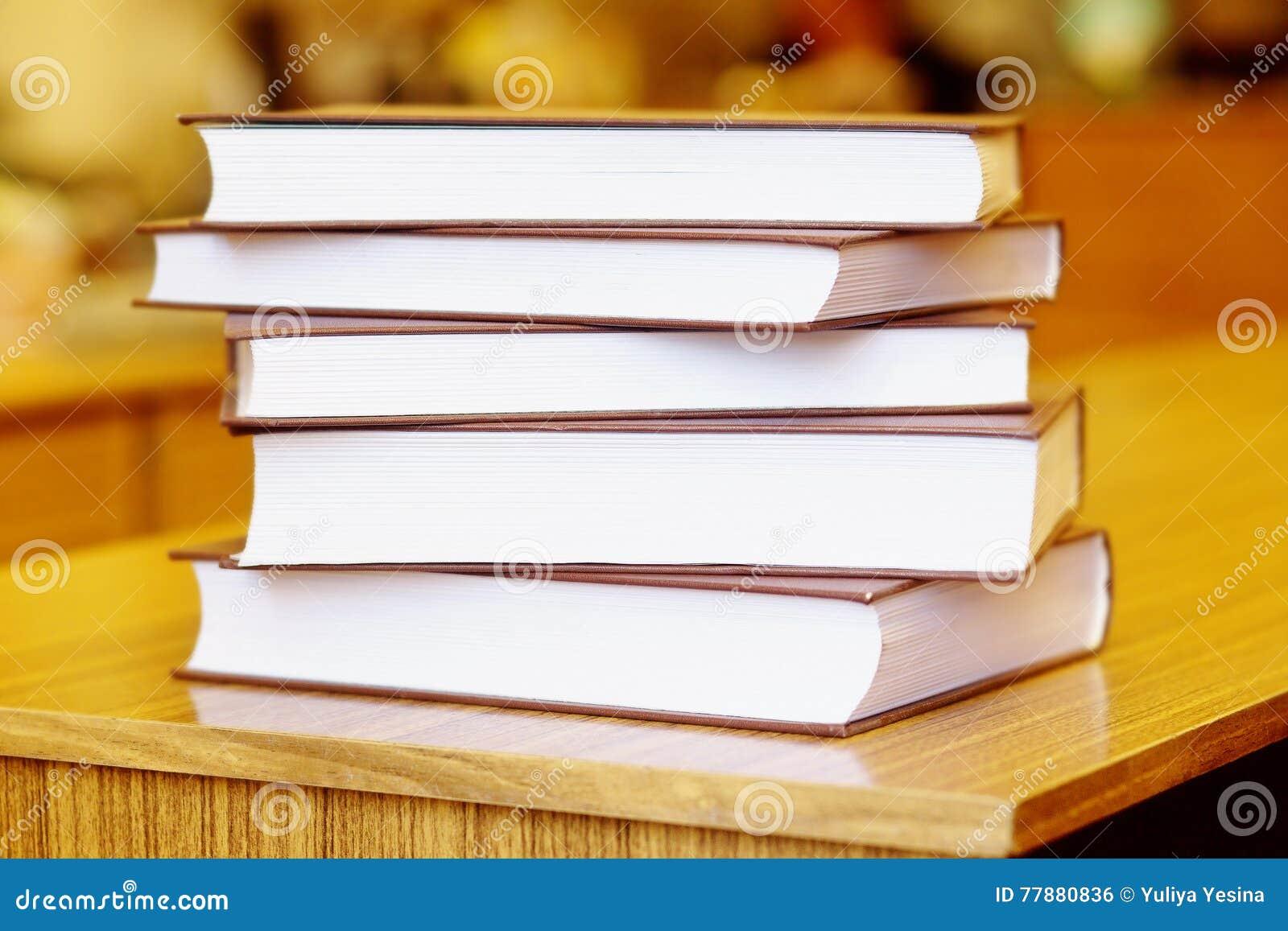 Libros En El Tablero De La Mesa De Madera Amarillo De La Cubierta Foto de archivo