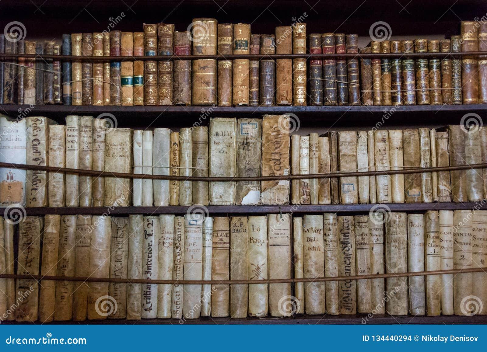 Libros en la biblioteca en el monasterio viejo Valldemossa Charterhouse en el cuarto de Frederic Chopin y de George Sand