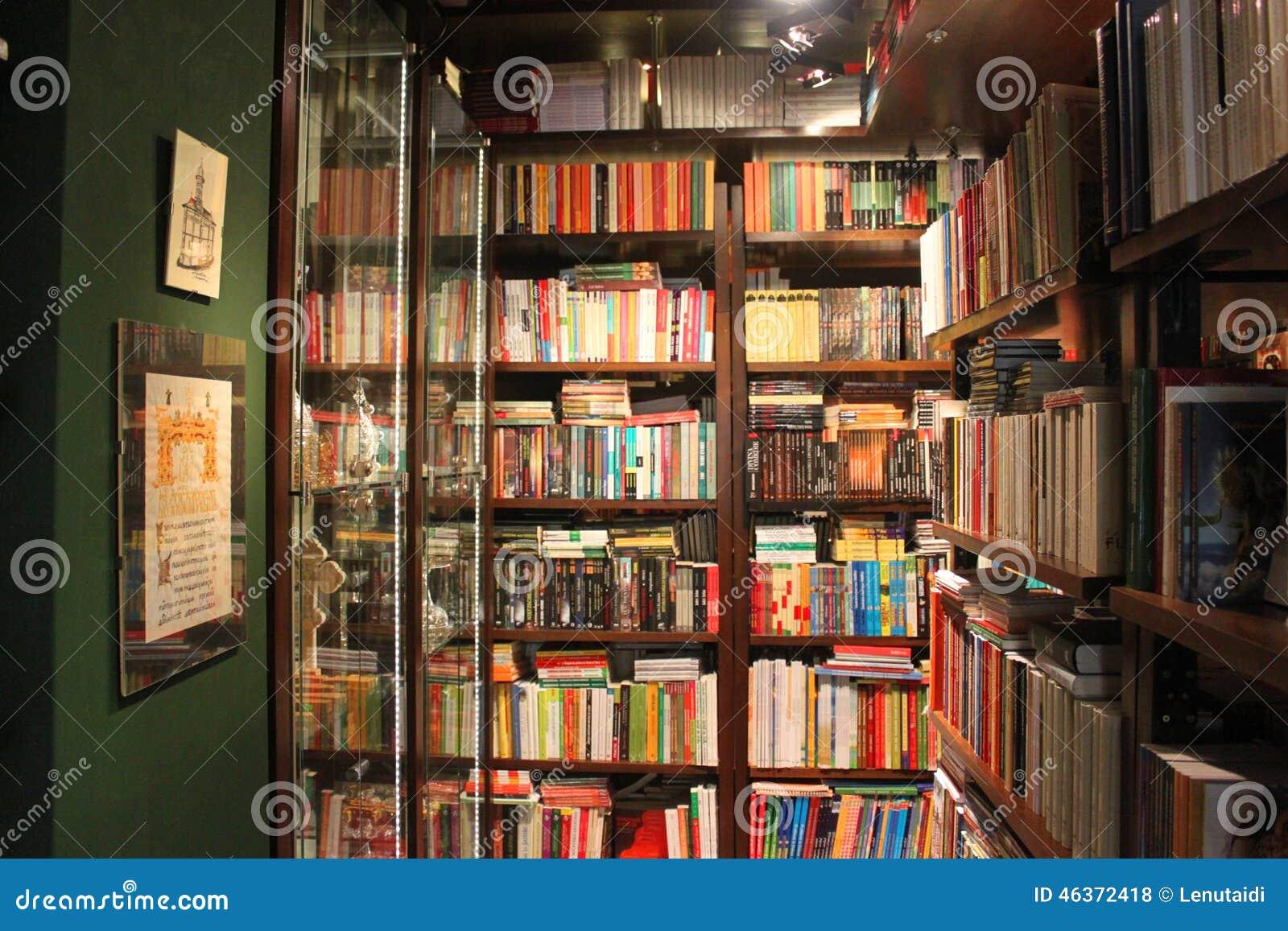 Libros en los estantes en la biblioteca foto de archivo - Estantes para libros ...