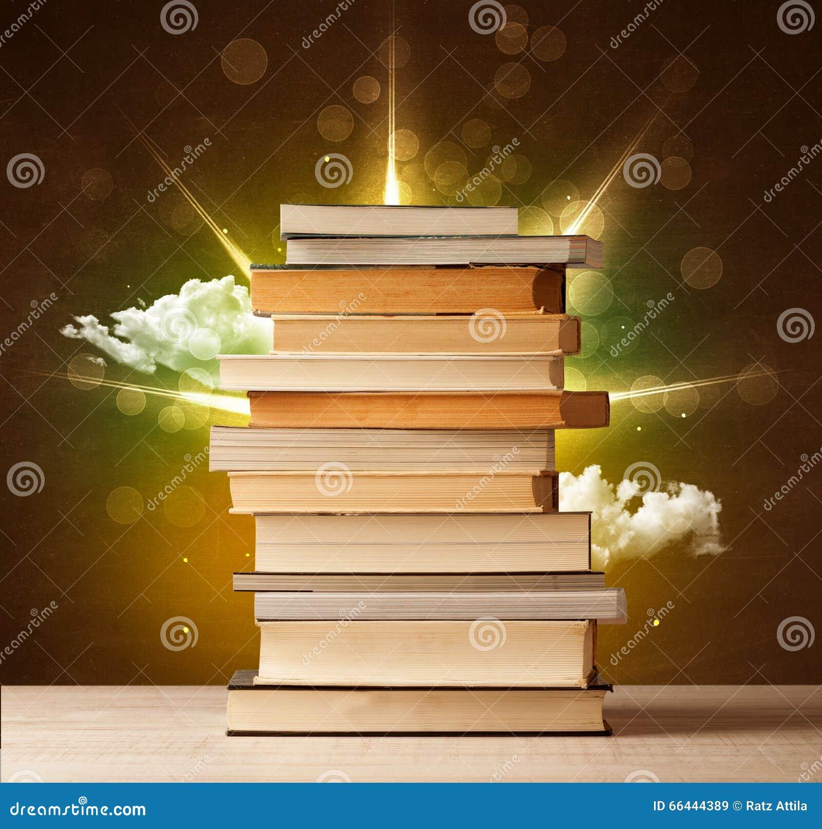 Libros m gicos con el rayo de luces m gicas y de nubes coloridas stock de ilustraci n imagen - Libreria de luces ...