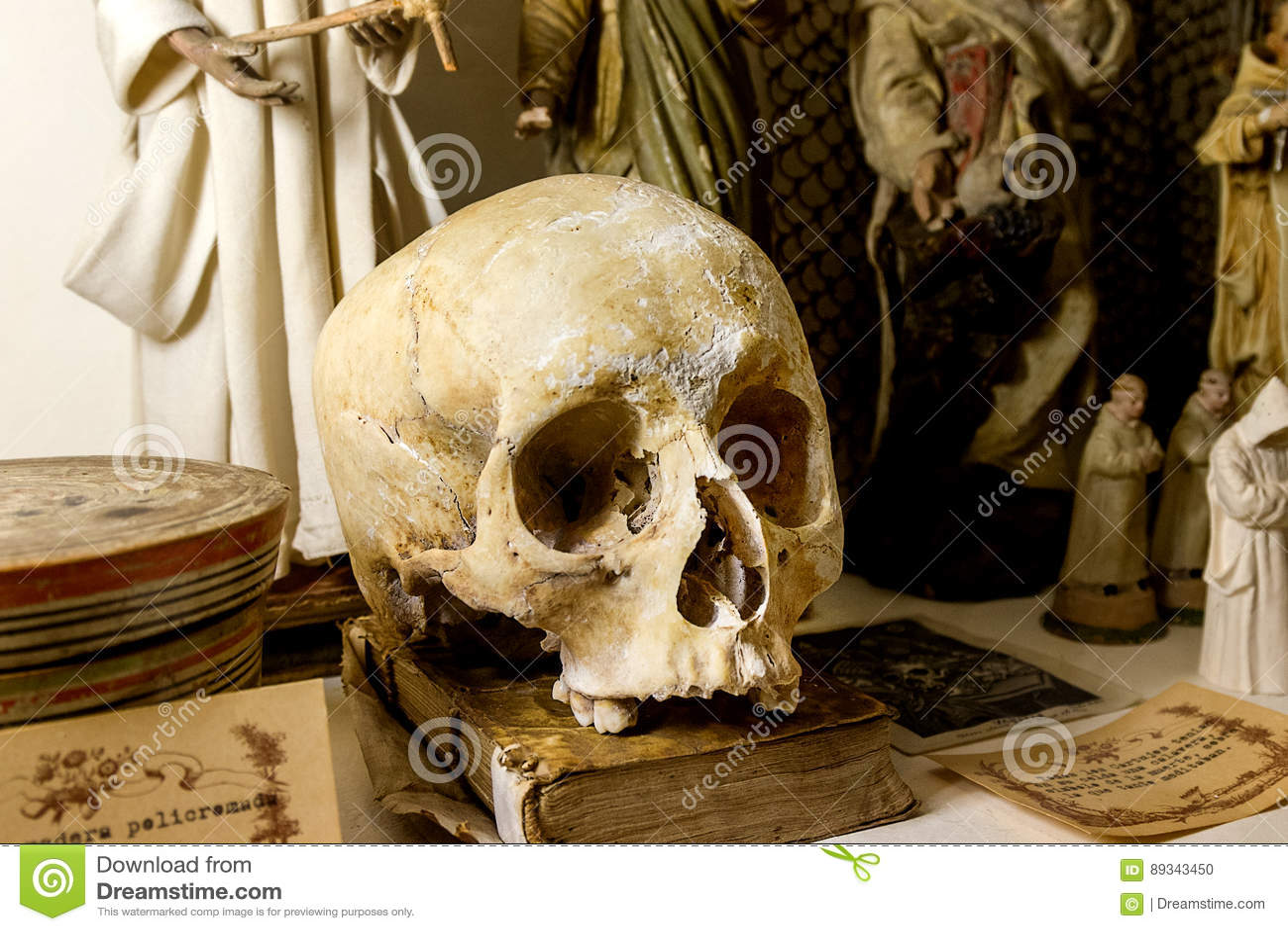 Libros viejos del cráneo en la tabla y las Edades Medias para la impresión