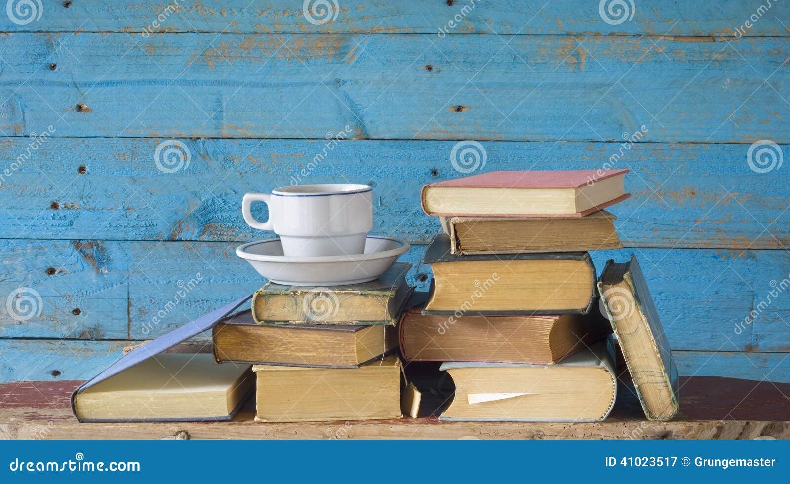 Libros viejos y taza de café