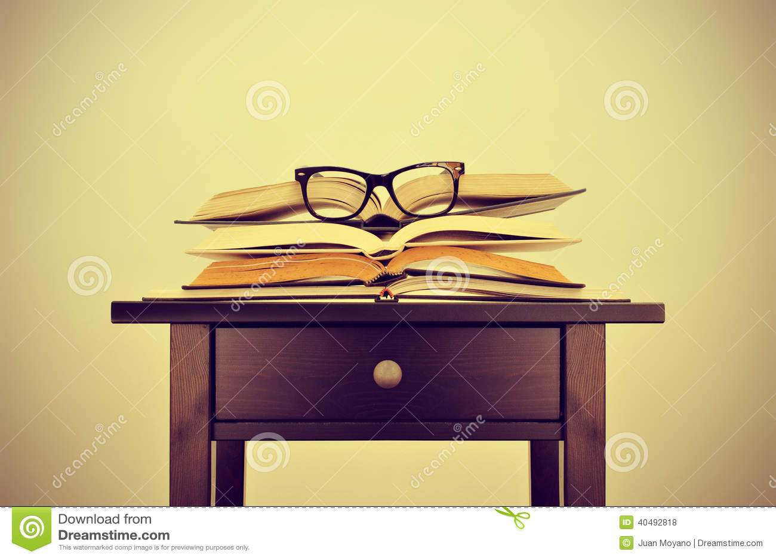 Libros y lentes en un escritorio, con un efecto retro
