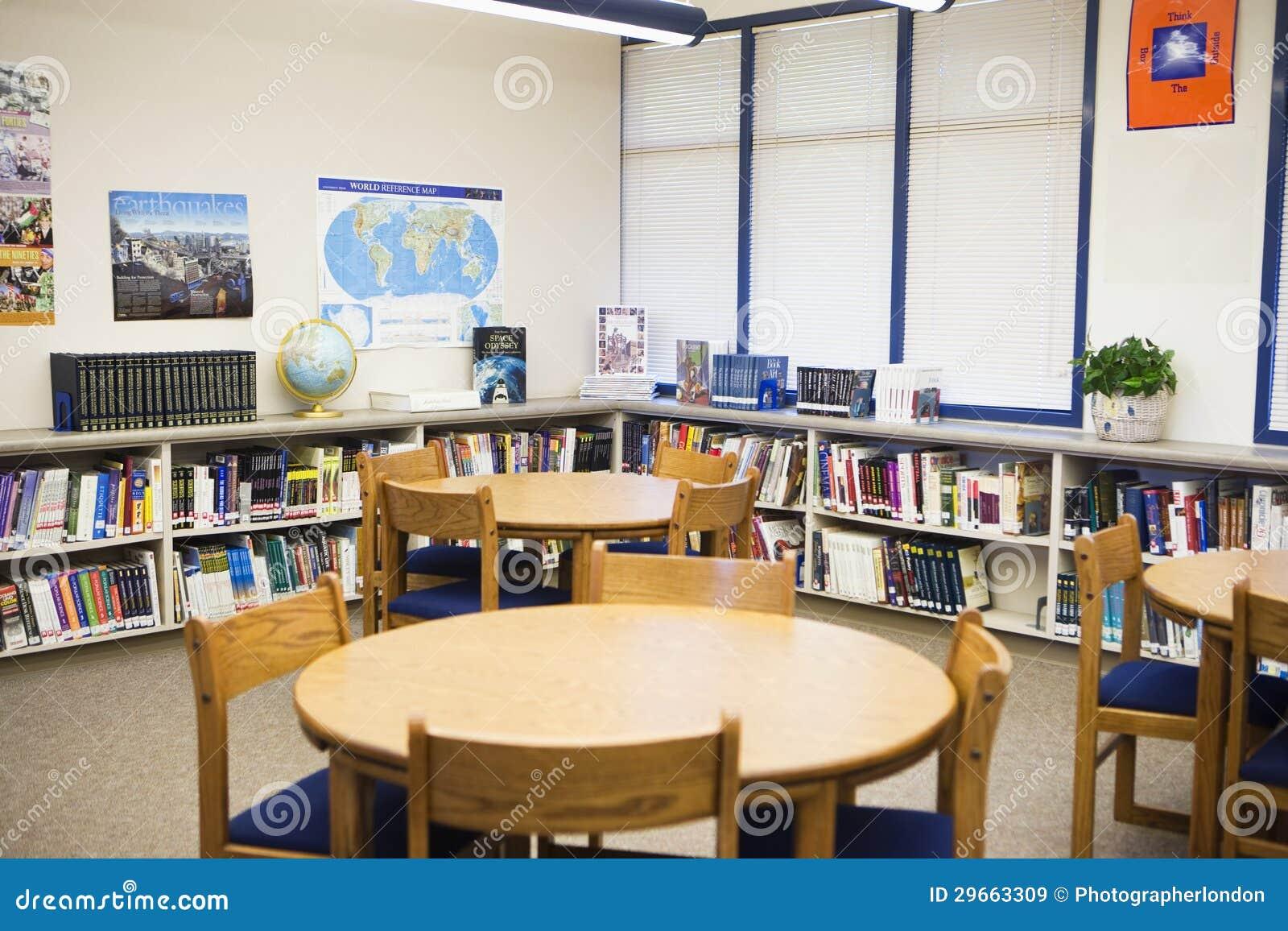 de regalías Libros y muebles dispuestos en alta biblioteca escolar