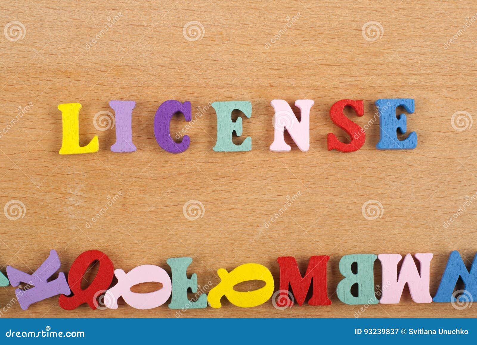 LICENCJA słowo na drewnianym tle komponującym od kolorowego abc abecadła bloku drewnianych listów, kopii przestrzeń dla reklama t