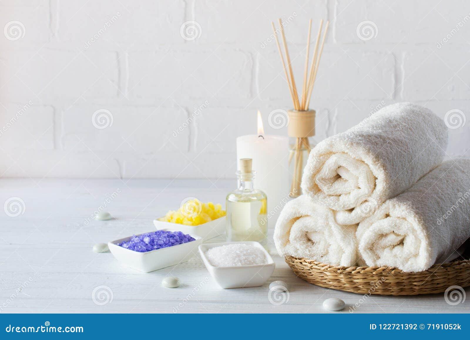 Lichaamsverzorging voor schil wordt geplaatst die Met handdoek, witte lelie, overzees zout, badolie, schrobt het suikerlichaam, m