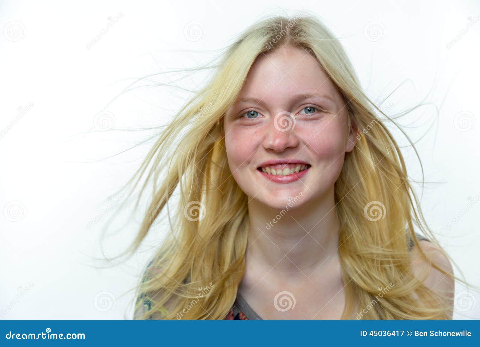 Licht blondemeisje met lang haar in wind