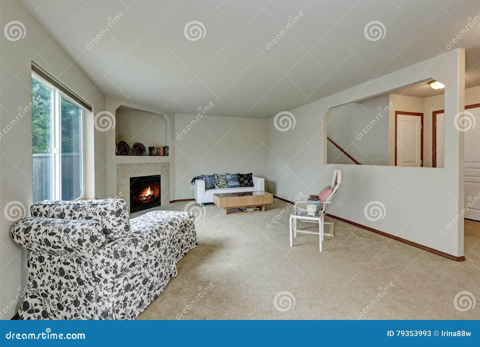 Licht Tont Elegantes Wohnzimmer Mit Kamin In Der Ecke Stockbild