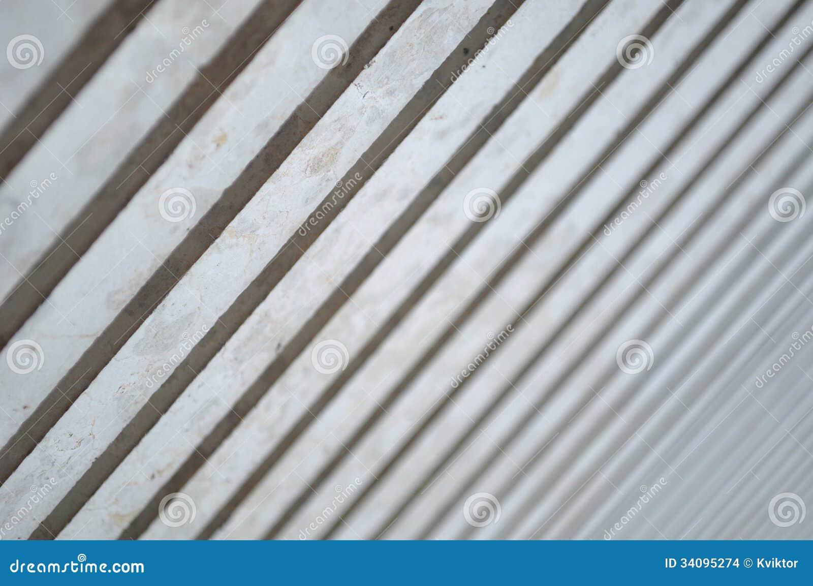 Licht und Schatten auf modernen Spalten in der Diagonale