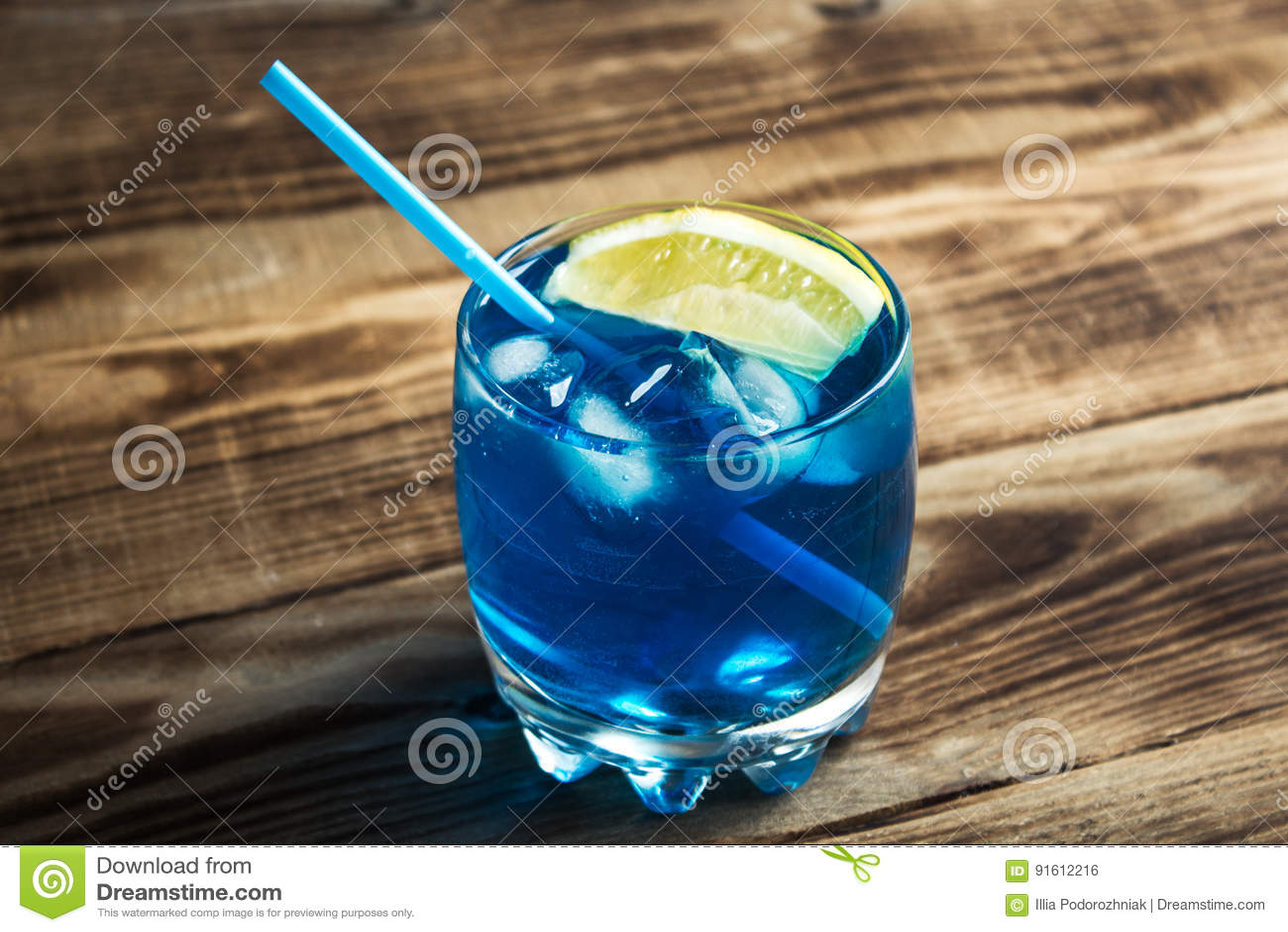 Lichtblauwe alcoholische drankcuracao likeur