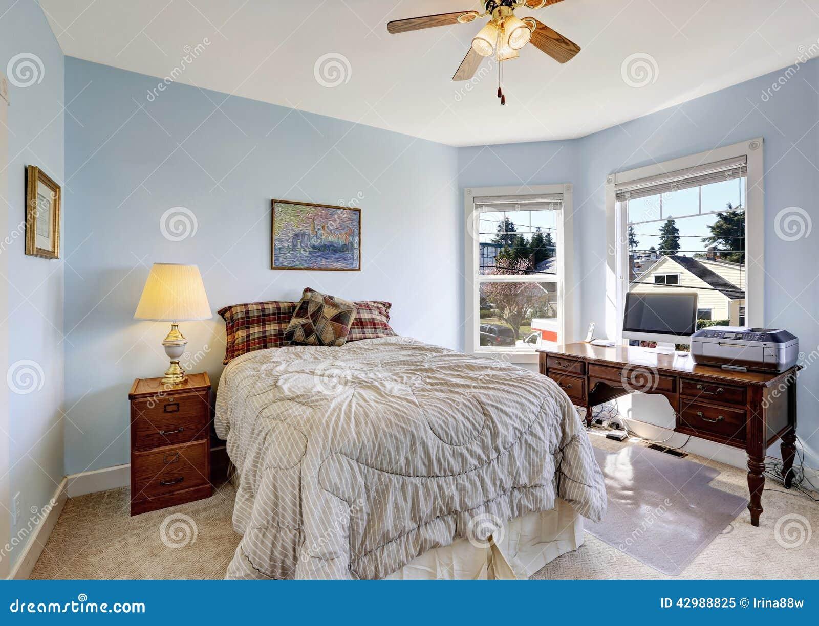 Lichtblauwe slaapkamer met bureaugebied stock foto   afbeelding ...
