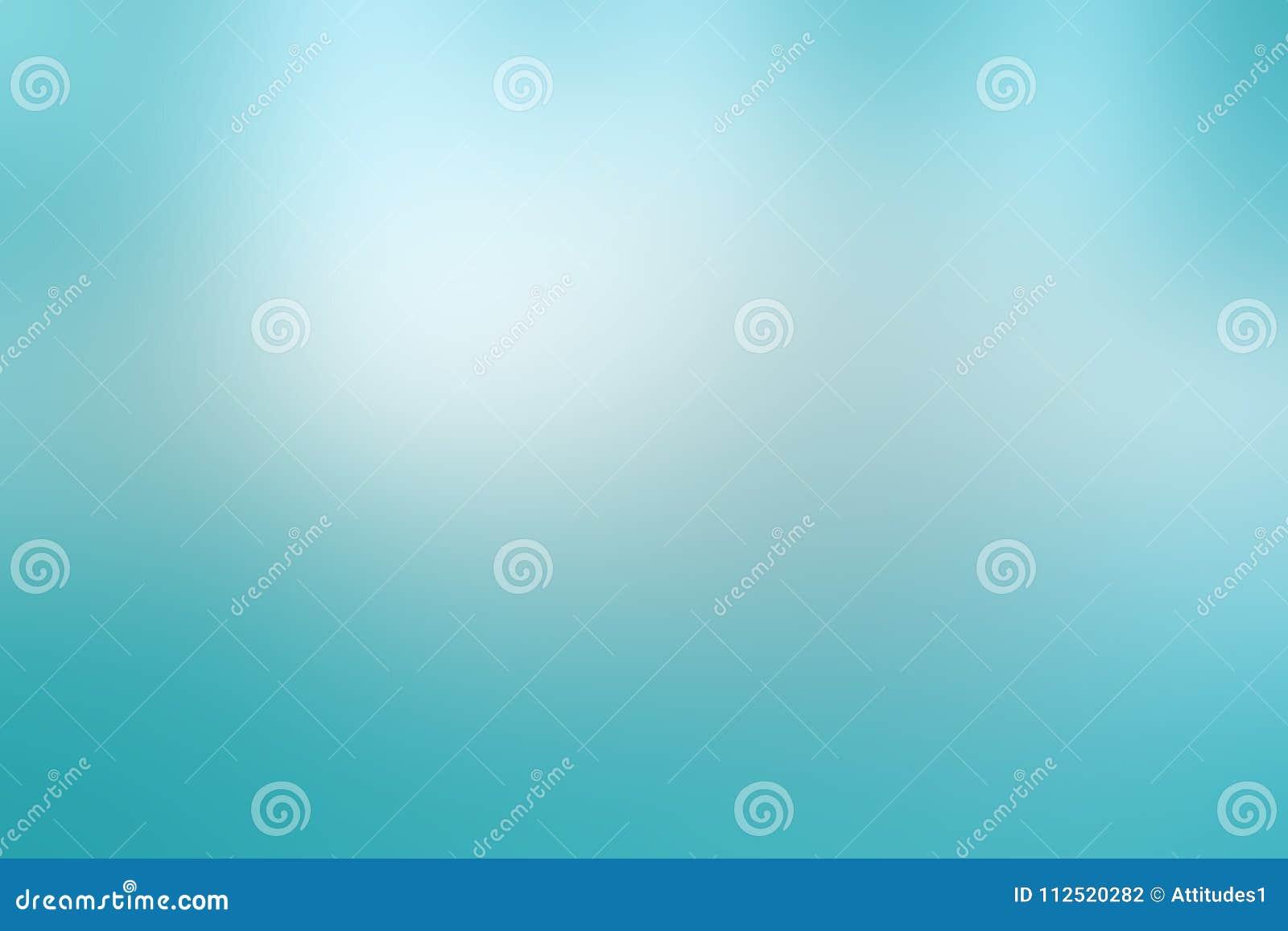 Lichte hemel blauwe achtergrond in van de pastelkleurlente of Pasen kleuren met bewolkte witte vage vlekken in schoon vers ontwer