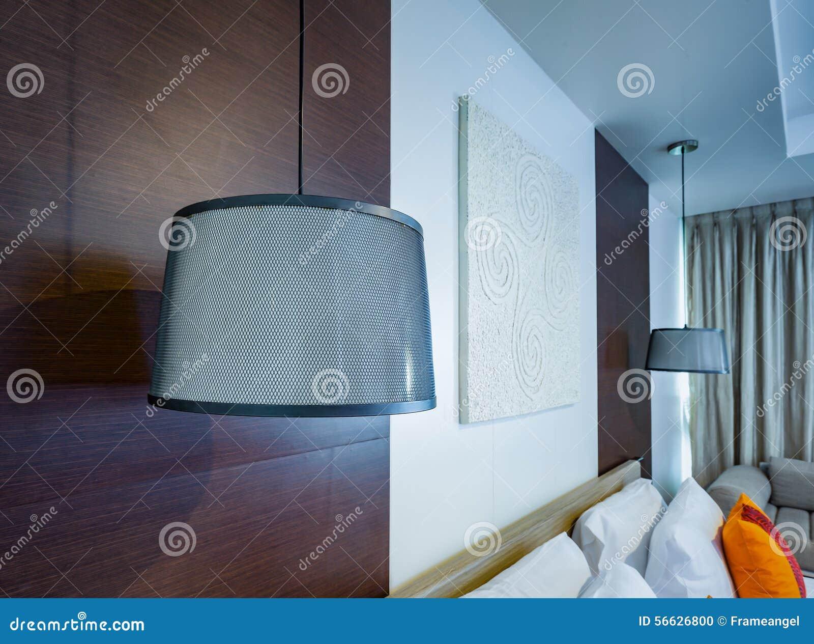 Lichte lamp witte hanger op plafond in slaapkamer stock foto ...
