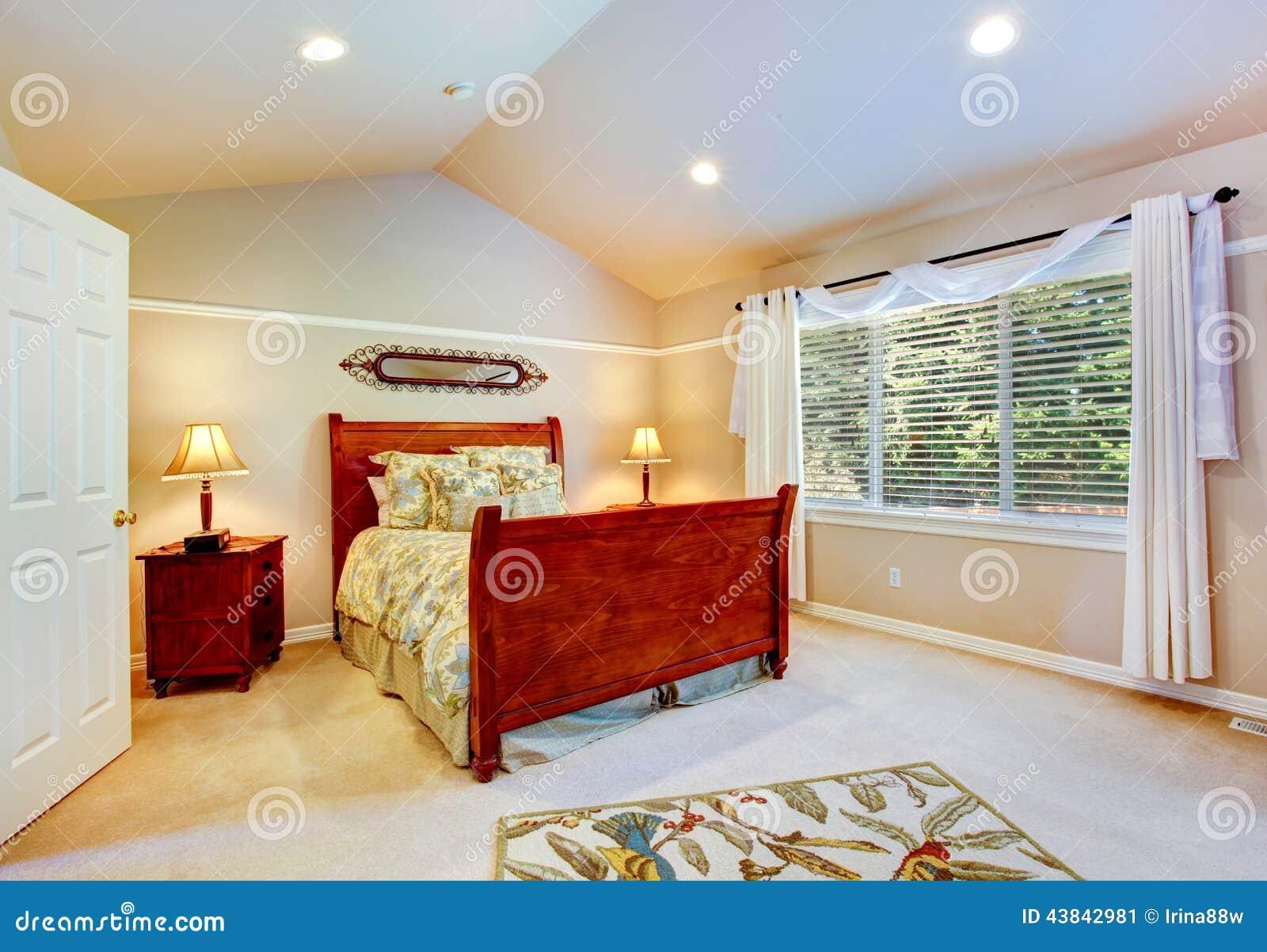 Lichte slaapkamer met gewelfd plafond stock foto   afbeelding ...