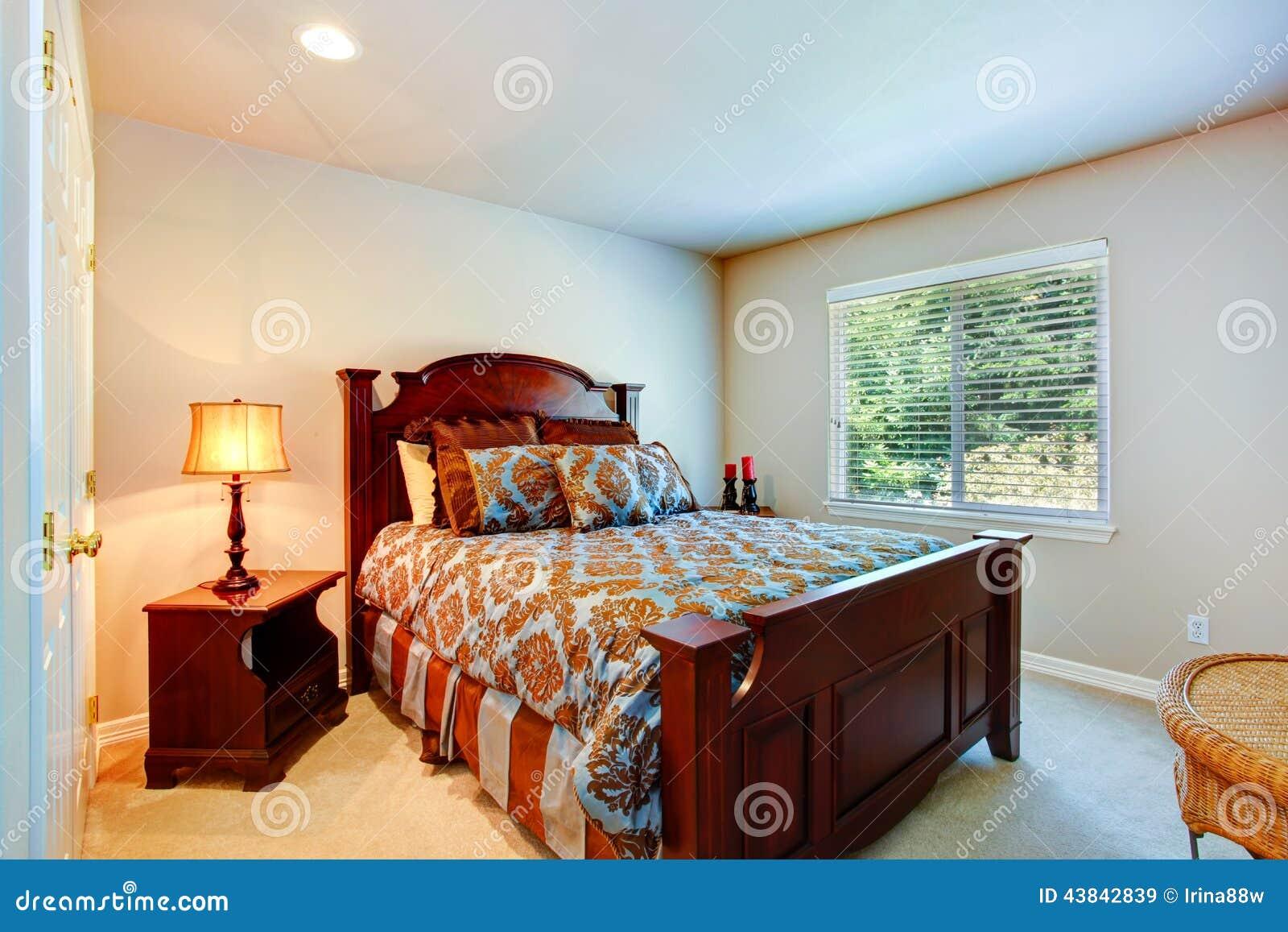 Lichte slaapkamer met hout gesneden meubilair stock foto ...