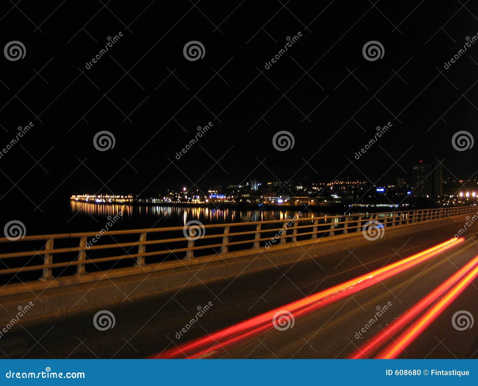 Lichte vlekken op de Brug van Road Tay, Dundee