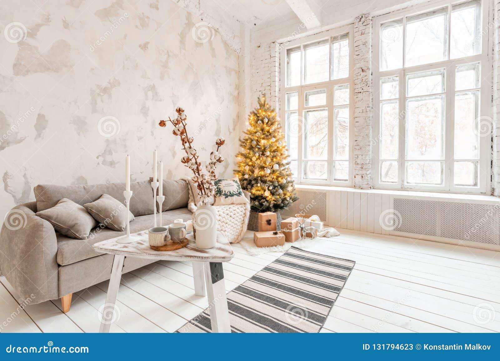 Lichte Woonkamer Met Kerstboom Comfortabele Bank Hoge Grote Vensters Lichte Witte Bakstenen Muur Stock Afbeelding Afbeelding Bestaande Uit Modern Boog 131794623