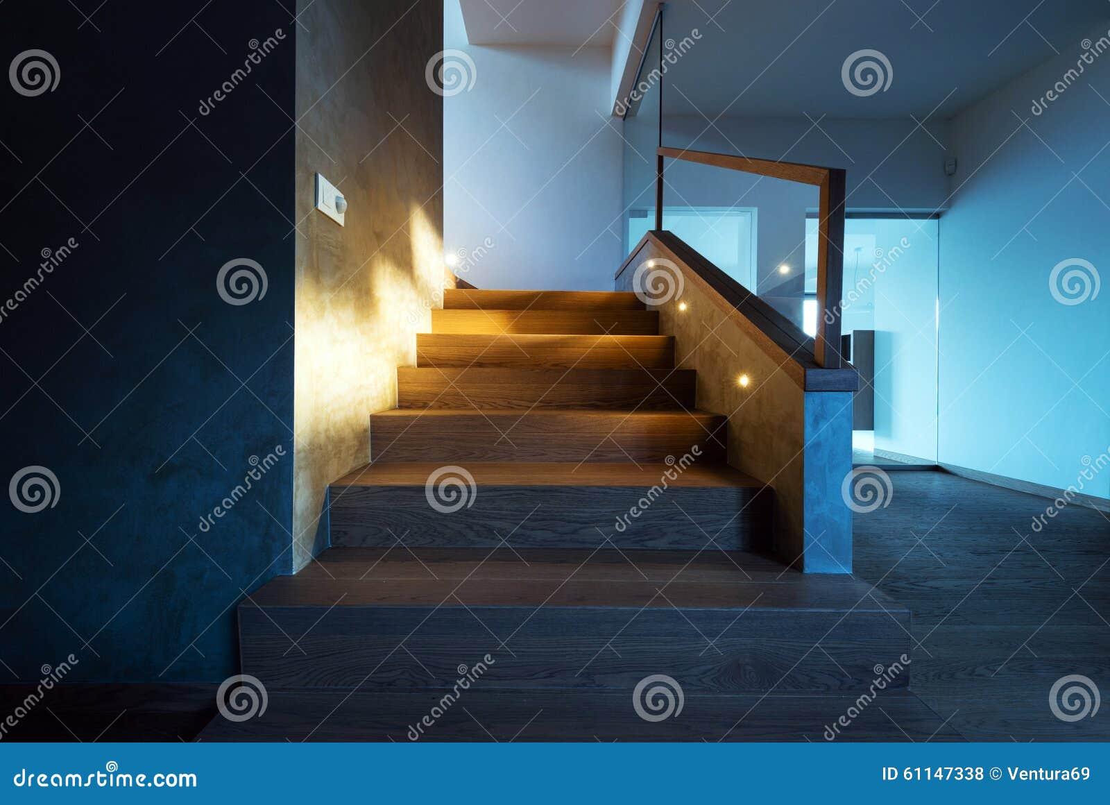 Lichten die de trap in modern huisbinnenland verlichten stock foto