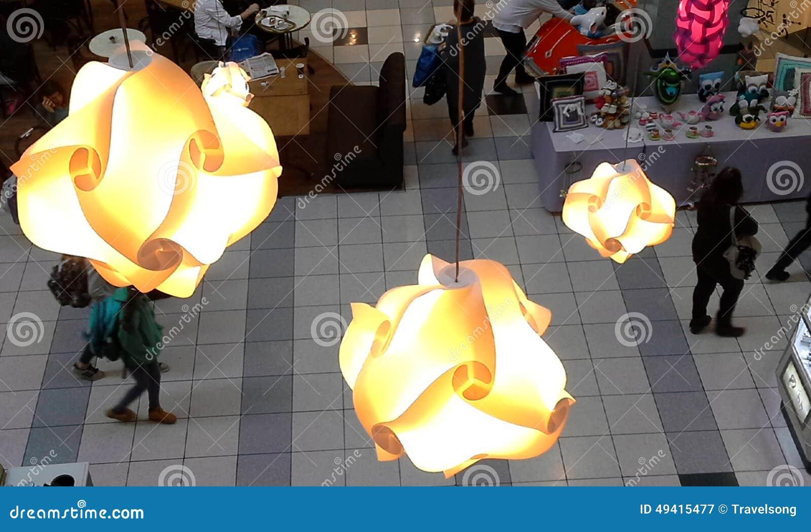 Download Lichter Auf Dem Dach Des Malls Redaktionelles Stockfotografie - Bild von systeme, gehen: 49415477