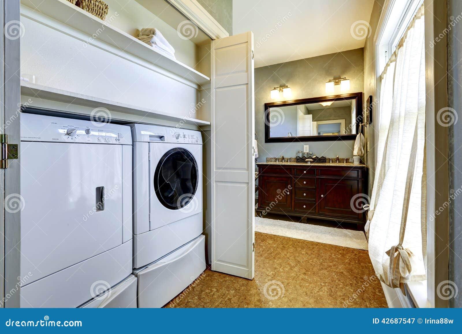 Lichtgrijze gang met ingebouwde wasmachine en droger stock foto afbeelding 42687547 - Lichtgrijze gang ...