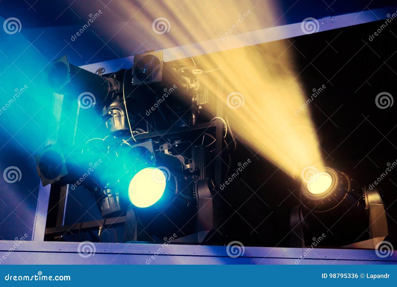 Lichttechnische Ausrüstung auf dem Stadium des Theaters während der Leistung Die hellen Strahlen vom Scheinwerfer durch den Rauch