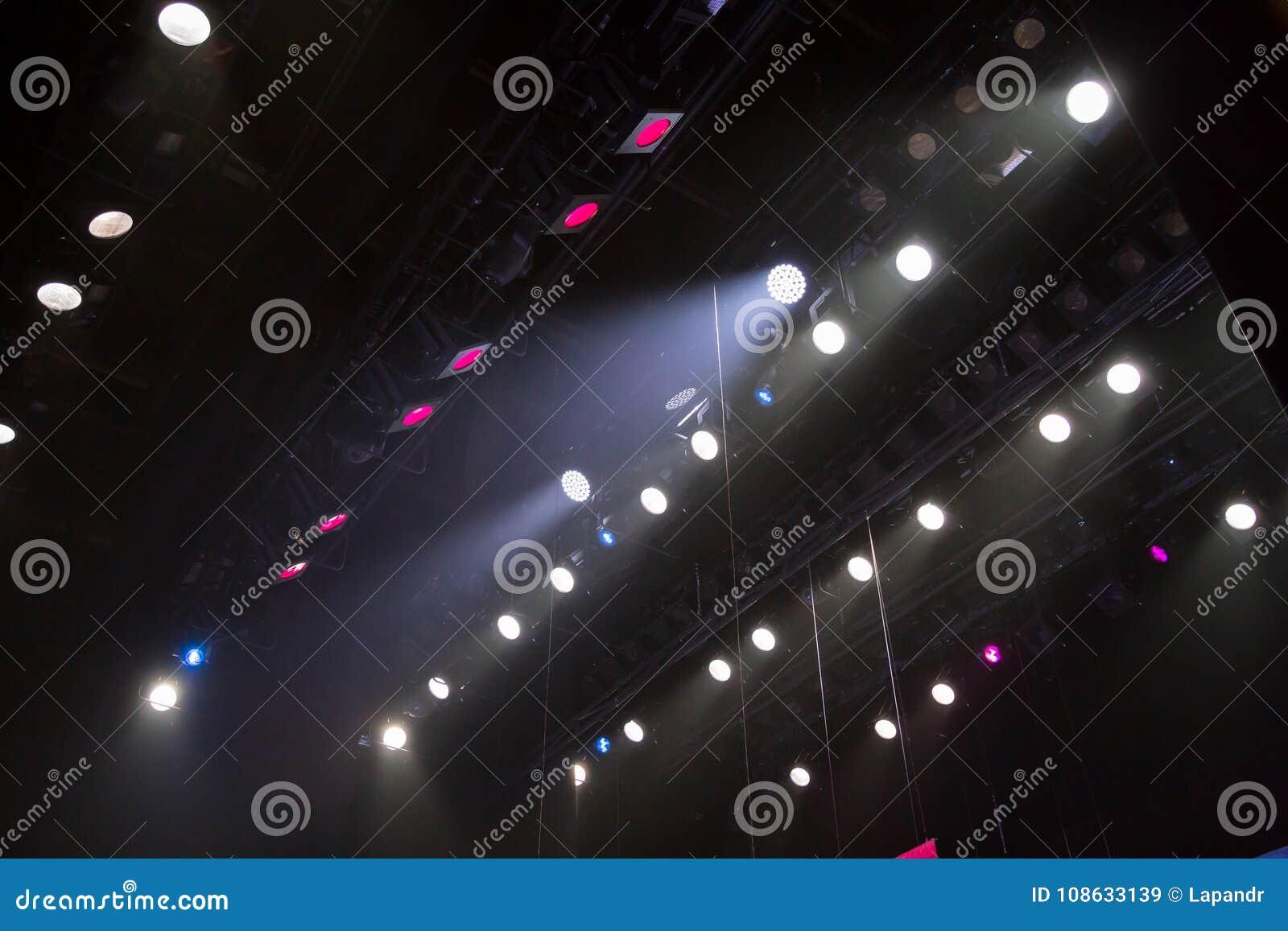 Lichttechnische Ausrüstung auf dem Stadium eines Theaters oder des Konzertsaals Die Strahlen des Lichtes von den Scheinwerfern Ha