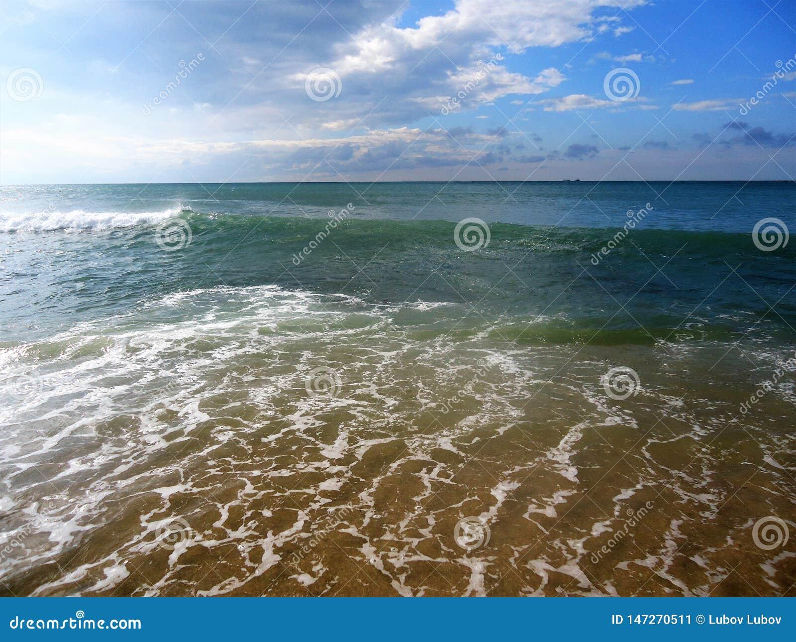 Lichtwellen von blauem Meer und von blauem Himmel