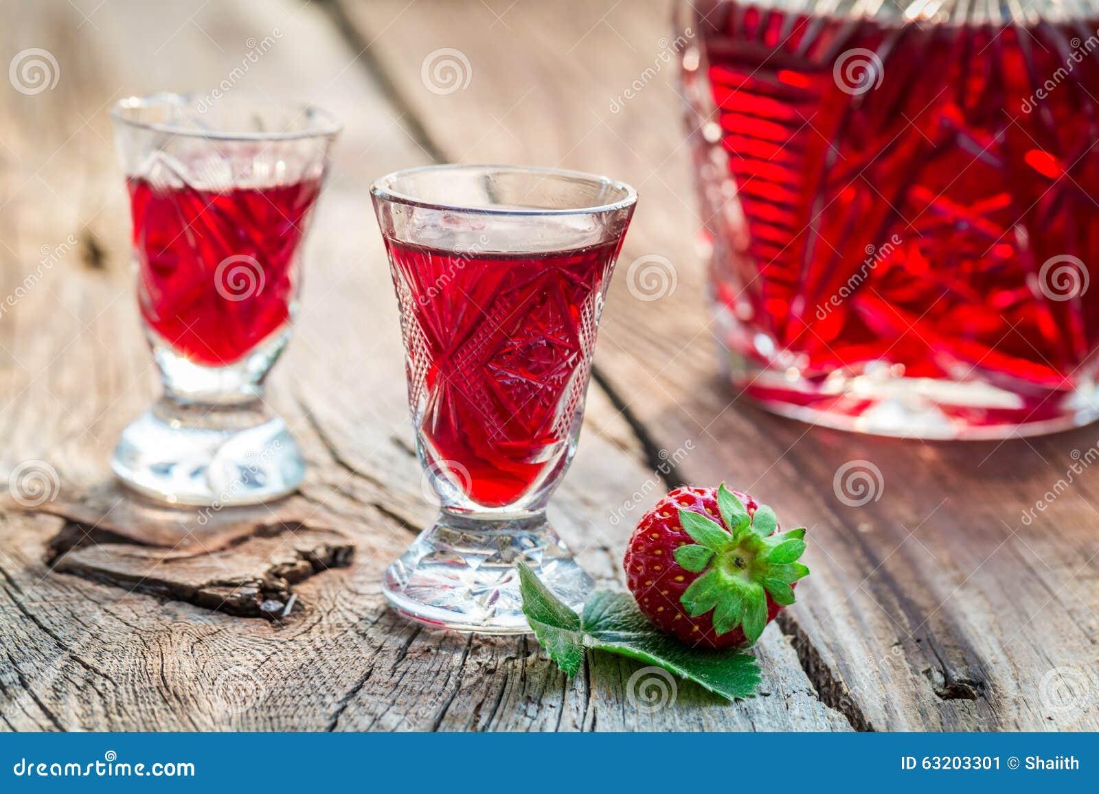 Licor fresco con las fresas y el alcohol
