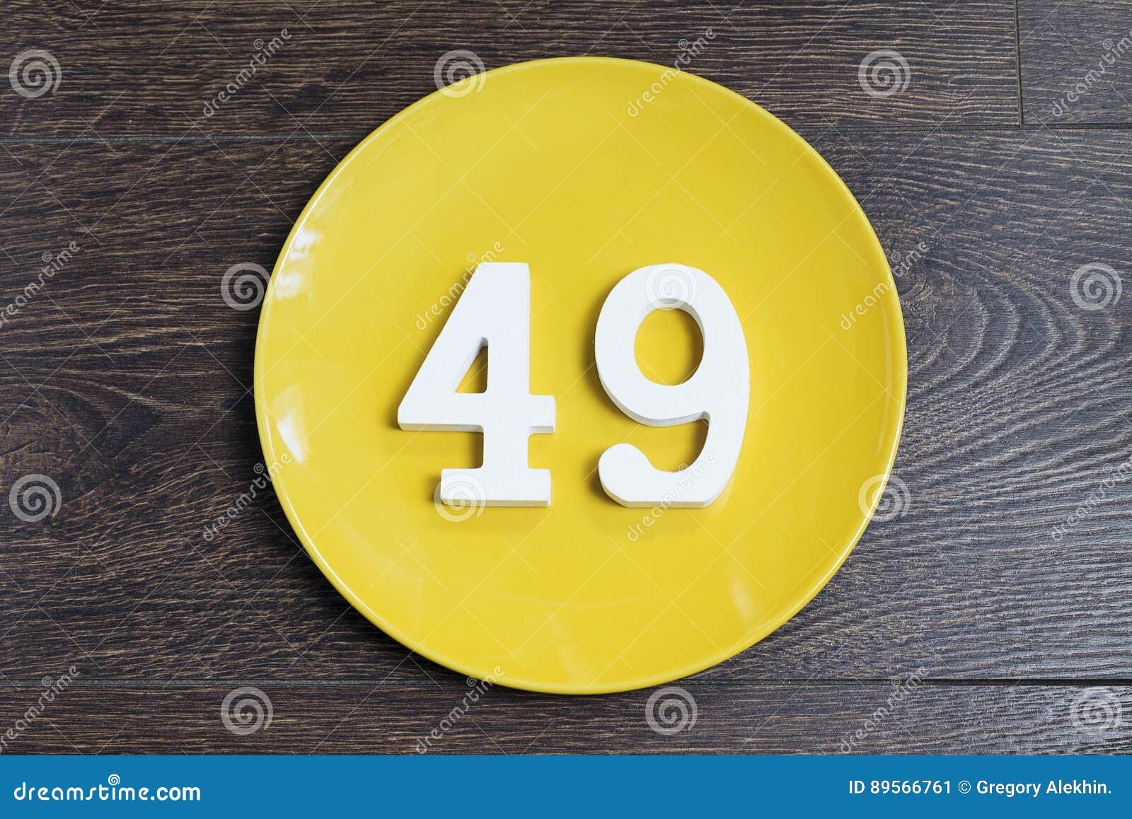 Liczba czterdzieści dziewięć na żółtym talerzu