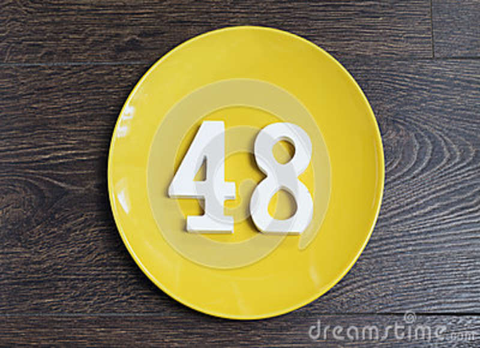 Liczba czterdzieści osiem na żółtym talerzu