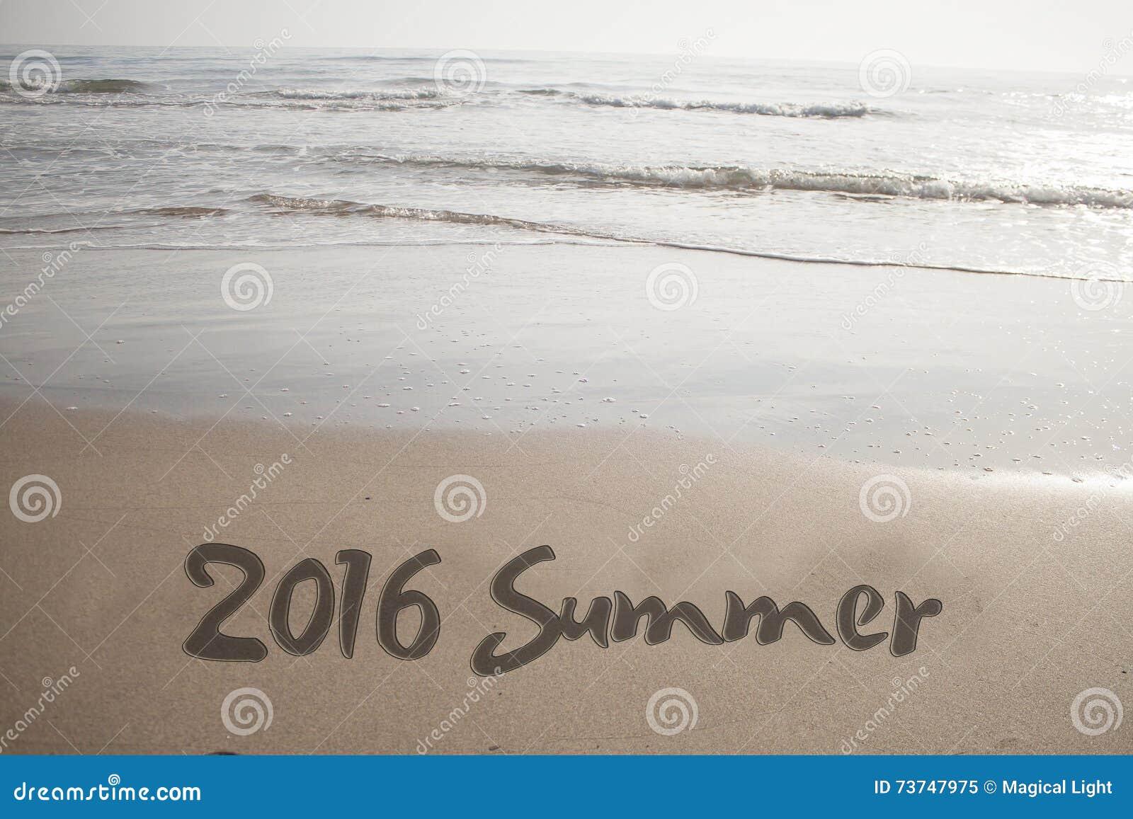 Liczba 2016 ręcznie pisany na seashore piasku