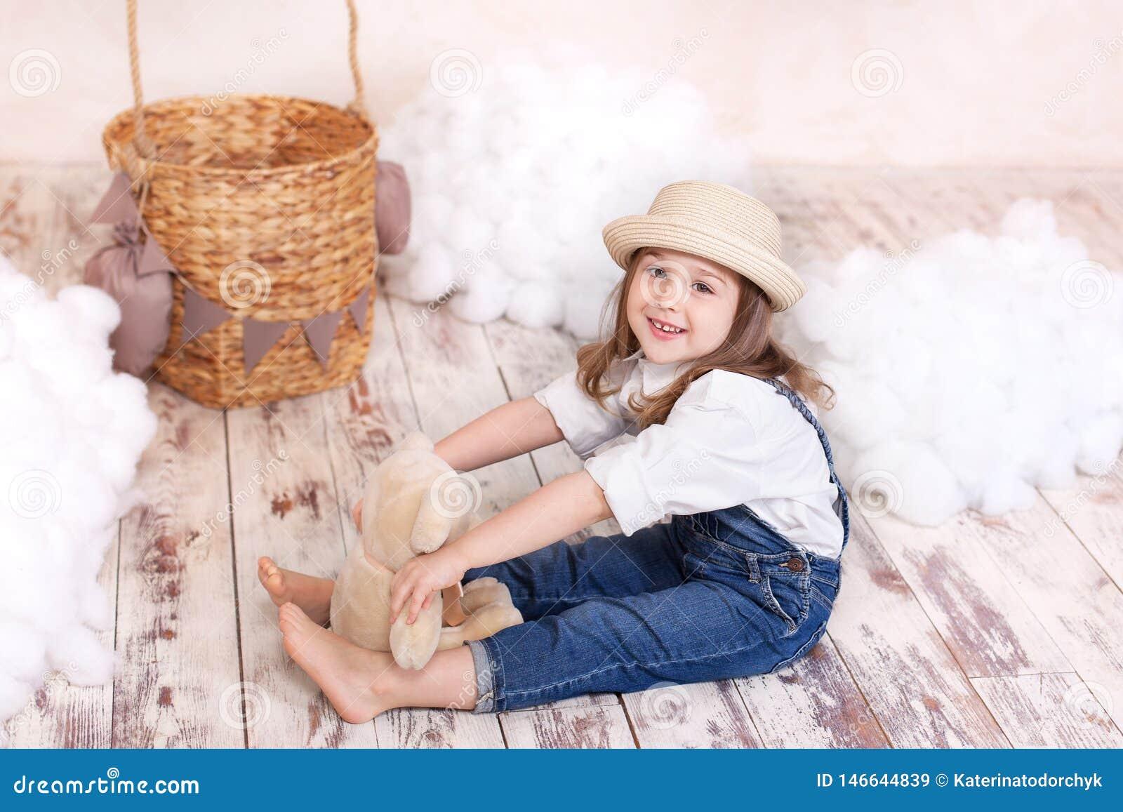 ?liczny dziewczyny obsiadanie w studiu na tle balon, gra g??wna rol? i chmury i bawi? si? Ma?a dziewczynka marzy Gira