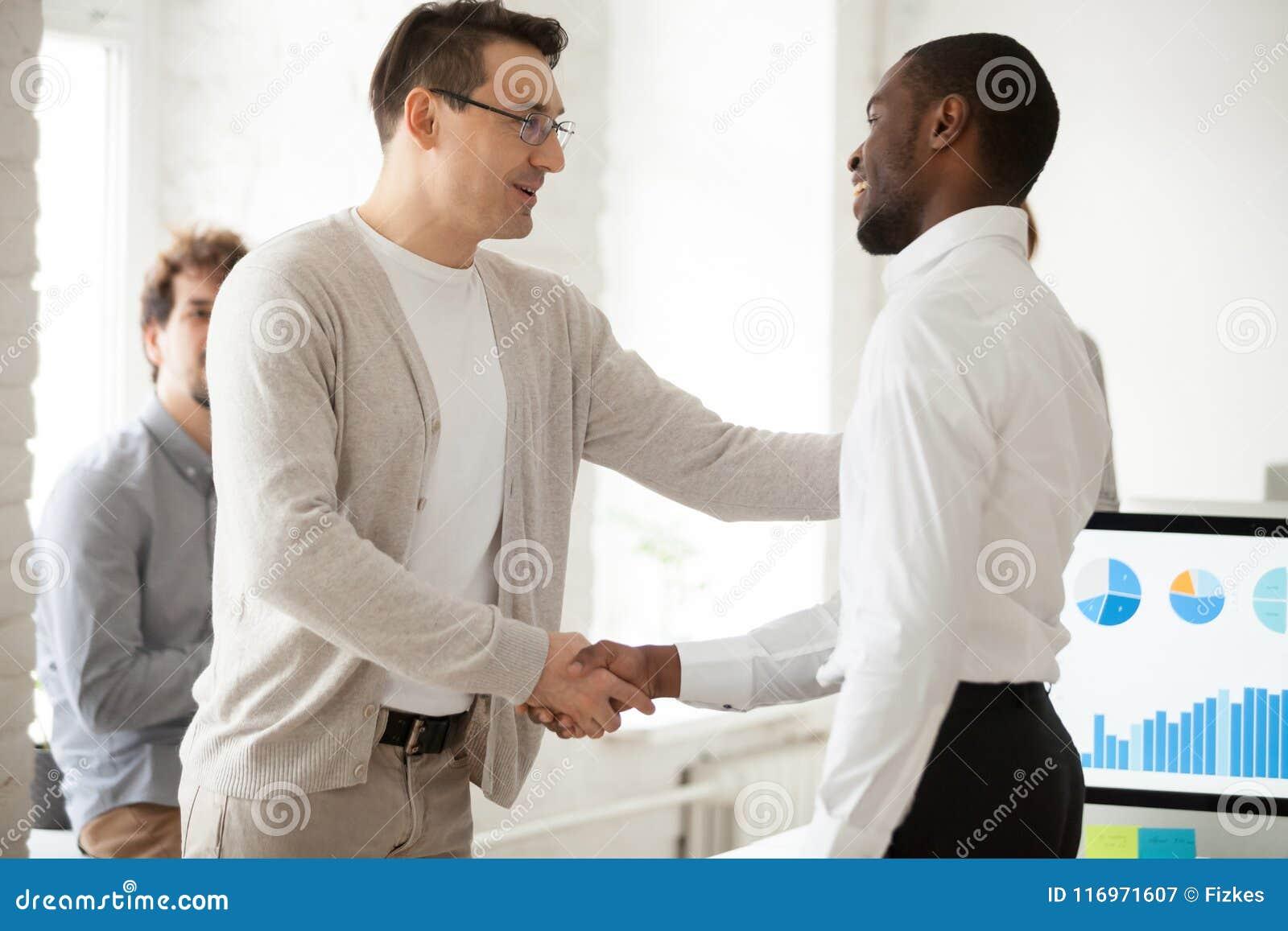Lider zespołu lub szef promuje pomyślnego kierownika handshaking exp