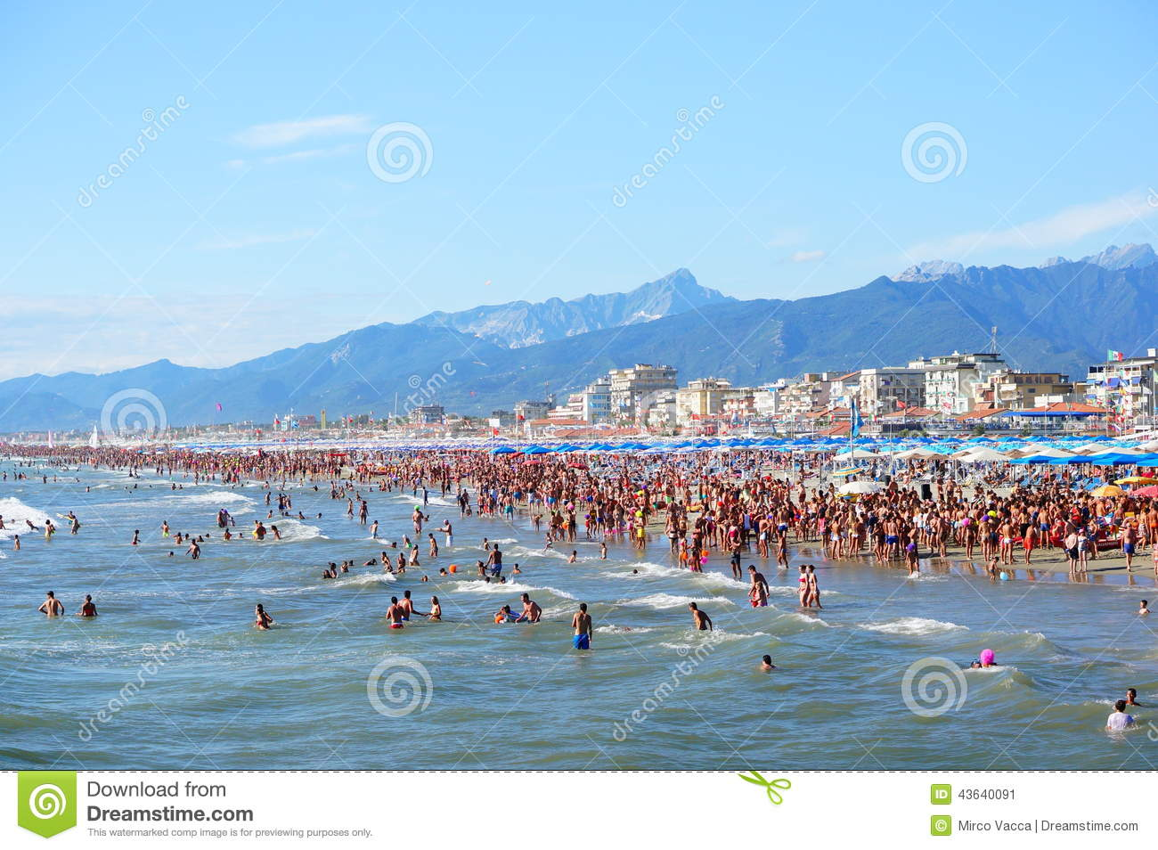 Lido di Camaiore Italy  City new picture : Many people at the beach in Lido di Camaiore, Italy.