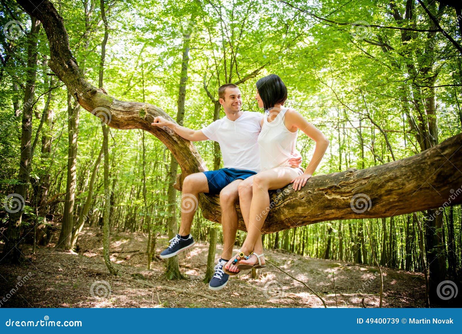 Download Liebe - Datum am Baum stockbild. Bild von glück, person - 49400739
