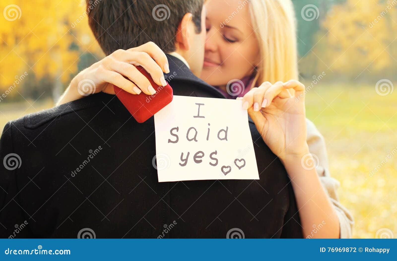 Liebe, Verhältnisse, Verpflichtungs- und Hochzeitskonzept - Mann schlägt eine Frau vor, um zu heiraten, roter Kastenring, glückli