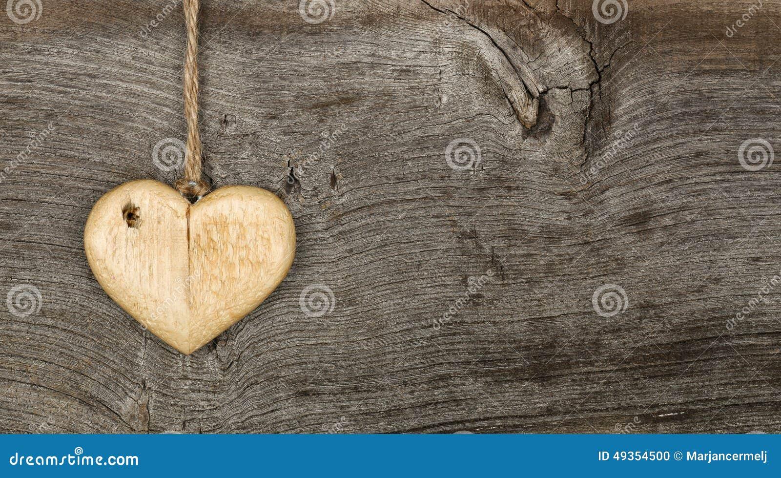 Lieben Sie hölzernes Herzzeichen der Valentinsgrußmitteilung auf rauem grauem backgrou