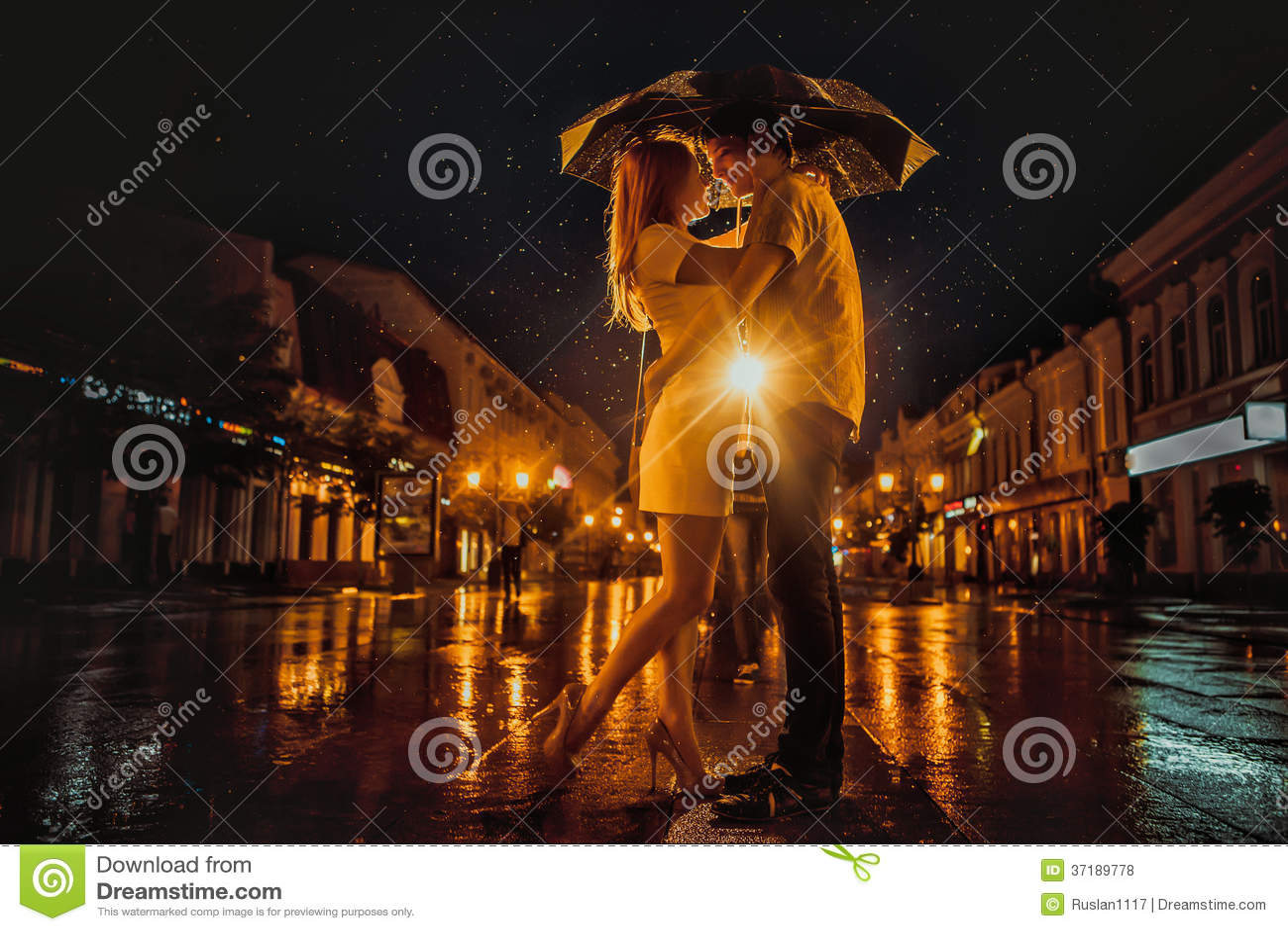 Lieben Sie im Regen/im Schattenbild von küssenden Paaren unter Regenschirm