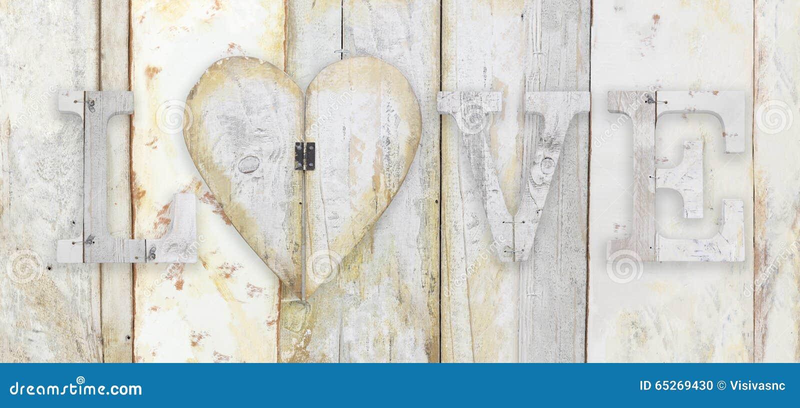 Lieben Sie Text mit Herzform auf hölzernem Plankenschmutz-Beschaffenheit backgro
