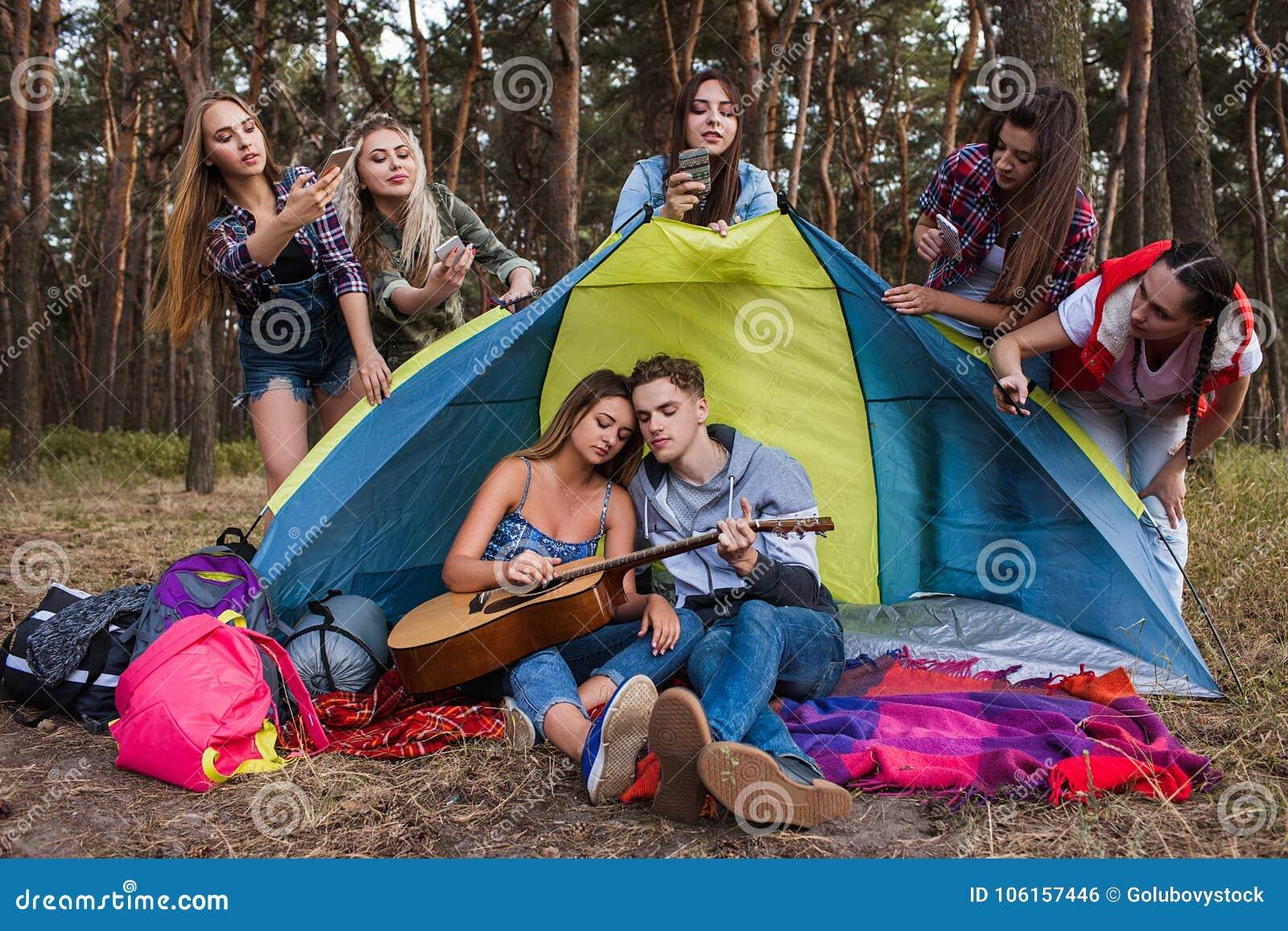 Liebespaare, die Gitarrenpaparazzikonzept spielen