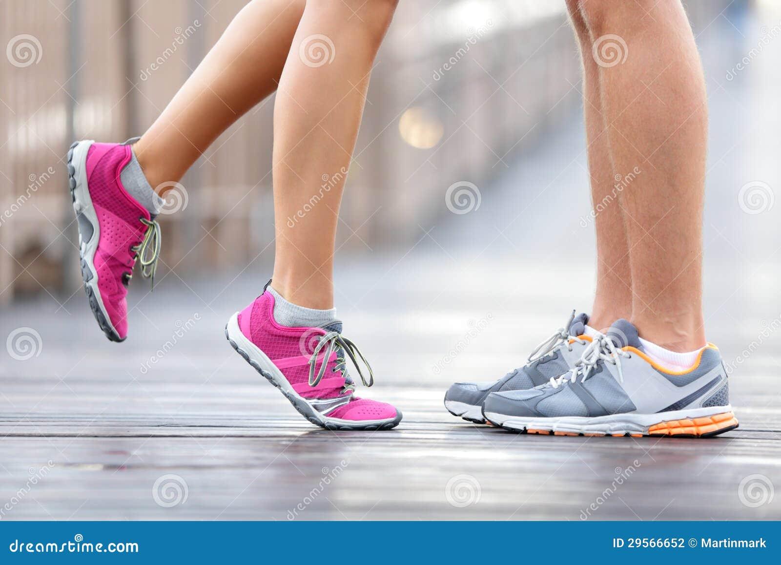 Liebessportkonzept - laufendes Paarküssen
