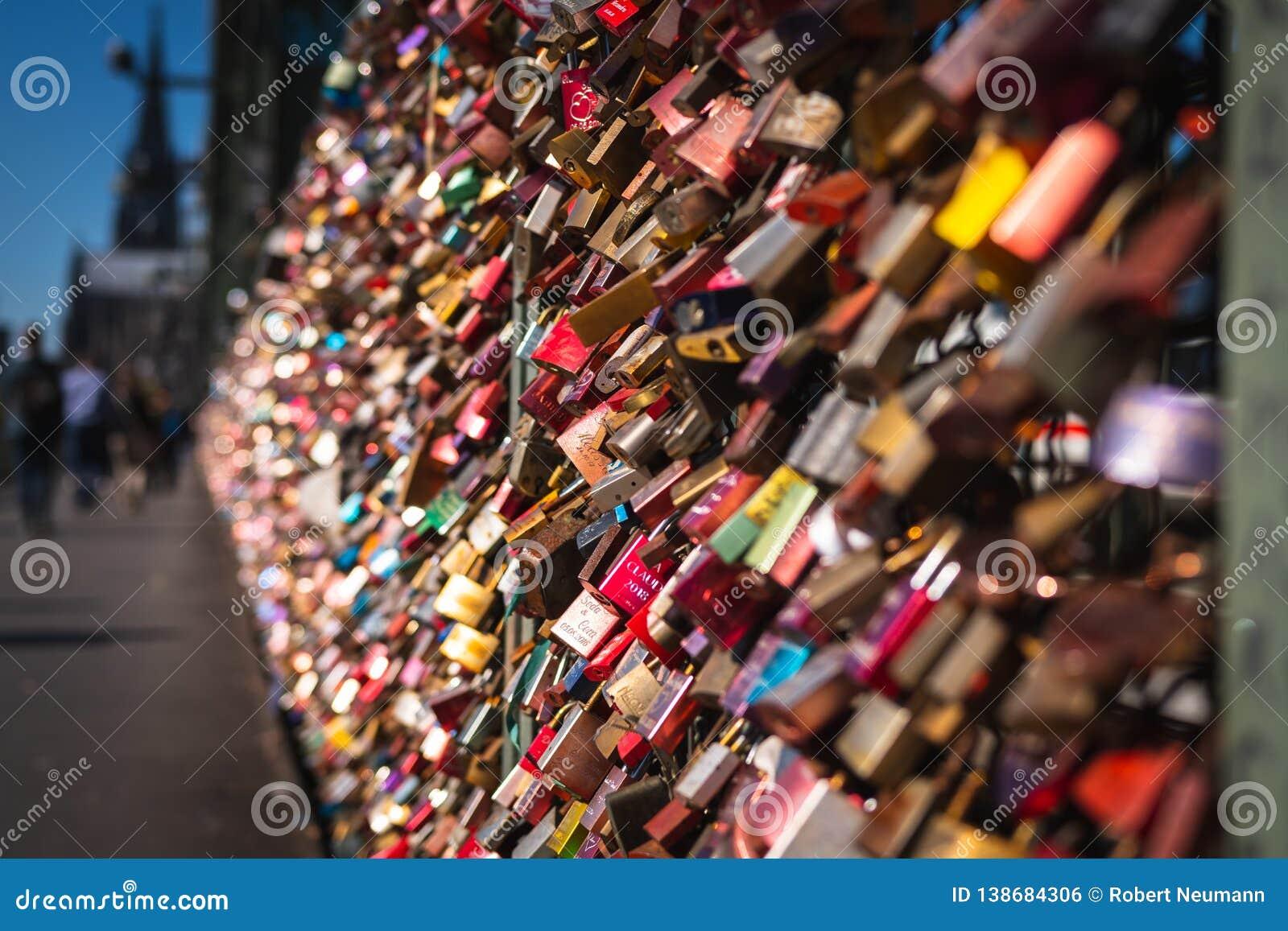 Liebesverschluß auf einer Brücke