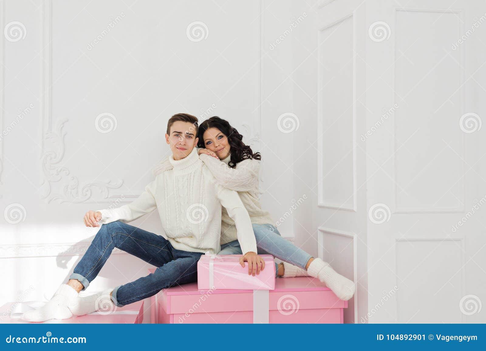 Liebevolle Paare Des Teenagers Und Der Geschenke Stockbild - Bild ...
