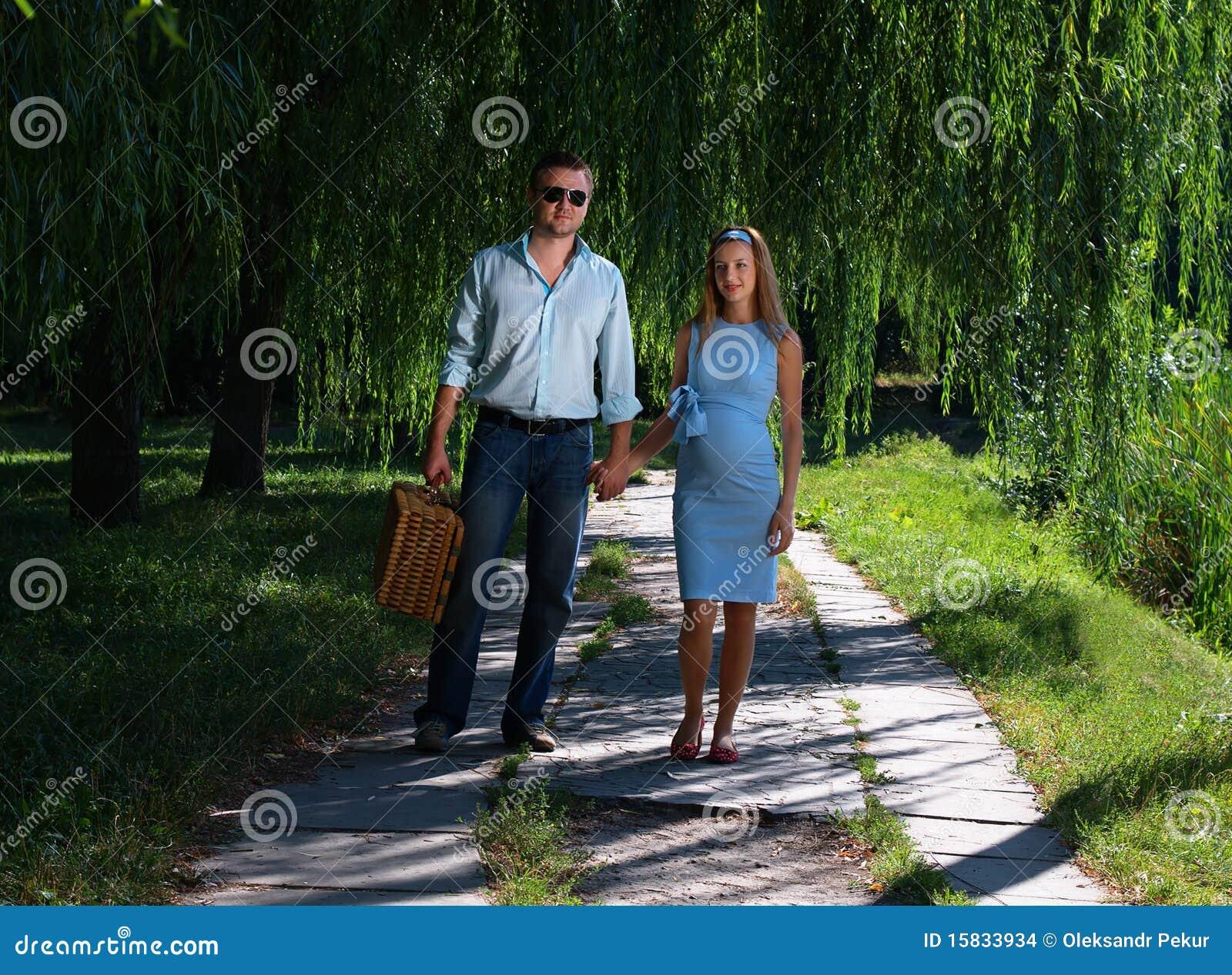 liebevolle paare die hand in hand gehen stockfoto bild von b ume park 15833934. Black Bedroom Furniture Sets. Home Design Ideas